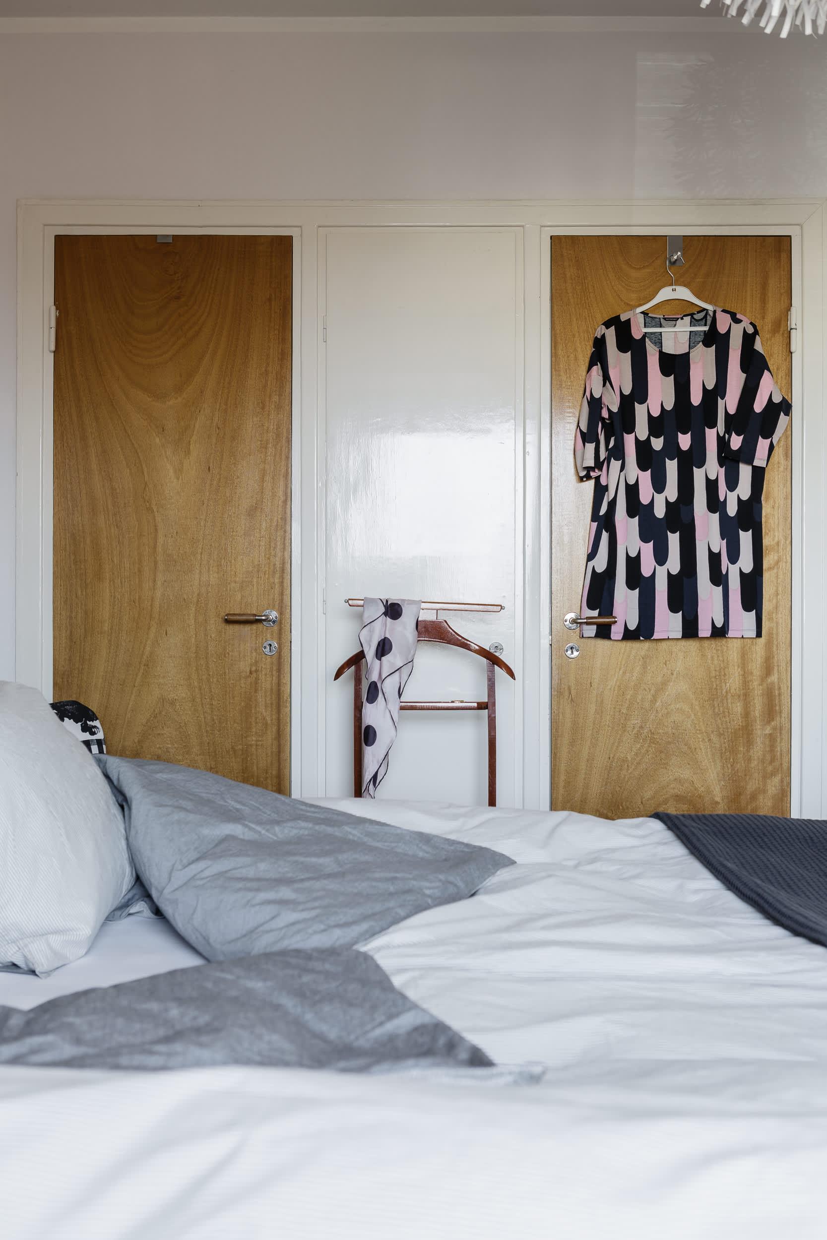I föräldrasovrummet märks tydligt hur smart funkishusen på 40-talet var planerade. Här finns en inbyggd garderob till varje förälder.