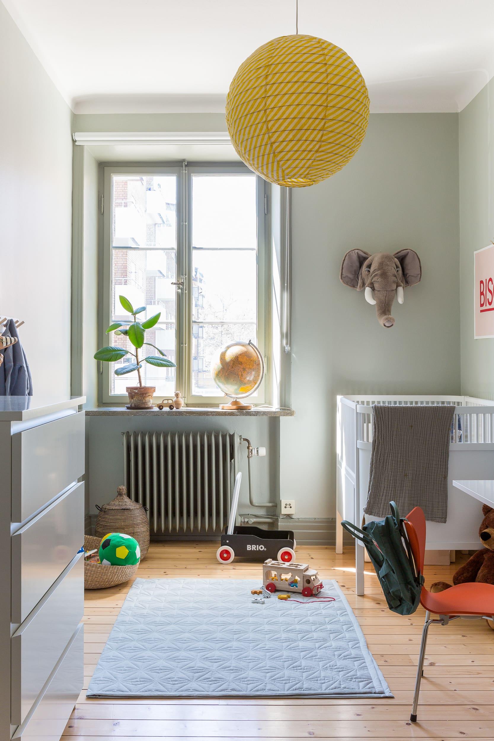 Julius rum har väggfärgen Restful Le Havre från Nordsjö, Lister, fönster och element valde paret att måla en nyans mörkare, med Dusky le Havre från Nordsjö.Taklampa Afroart, säng Sebra, lekmatta Cam Cam, elefanthuvud på väggen Brigbys.