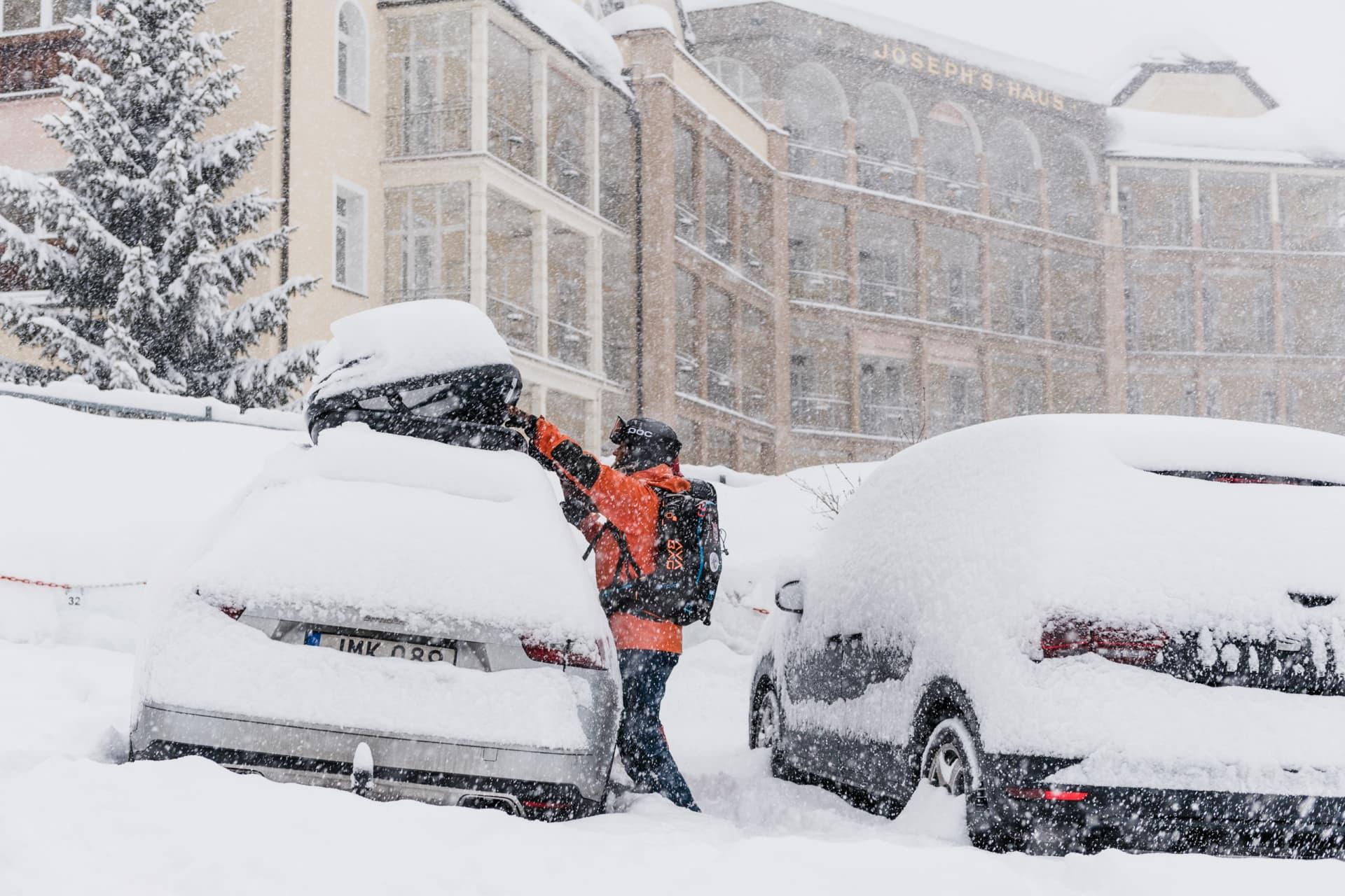 Över en natt draperades bilen med snö.