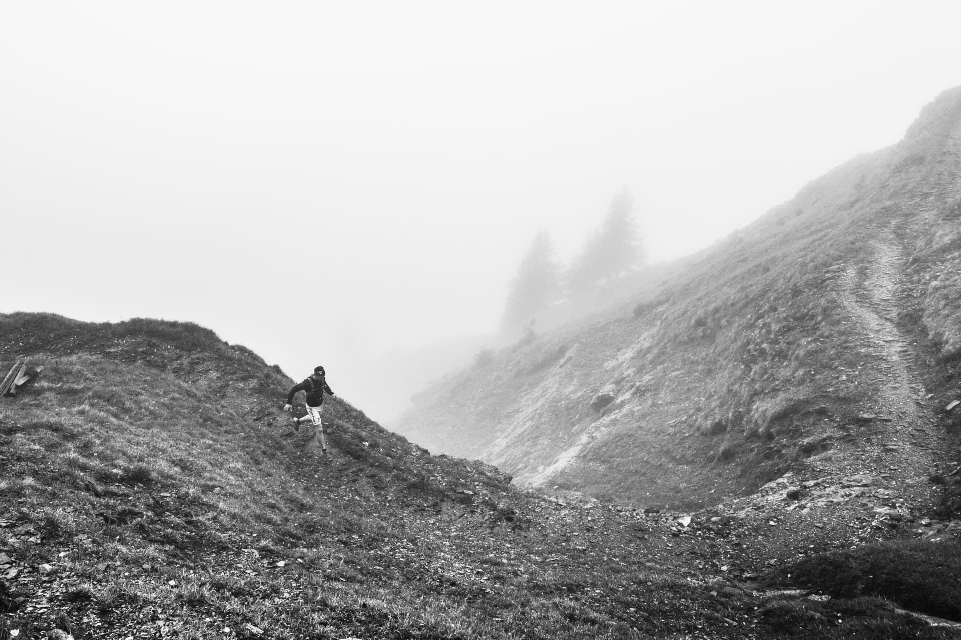 Thomas Infanger running trails in the fog at Brunni.