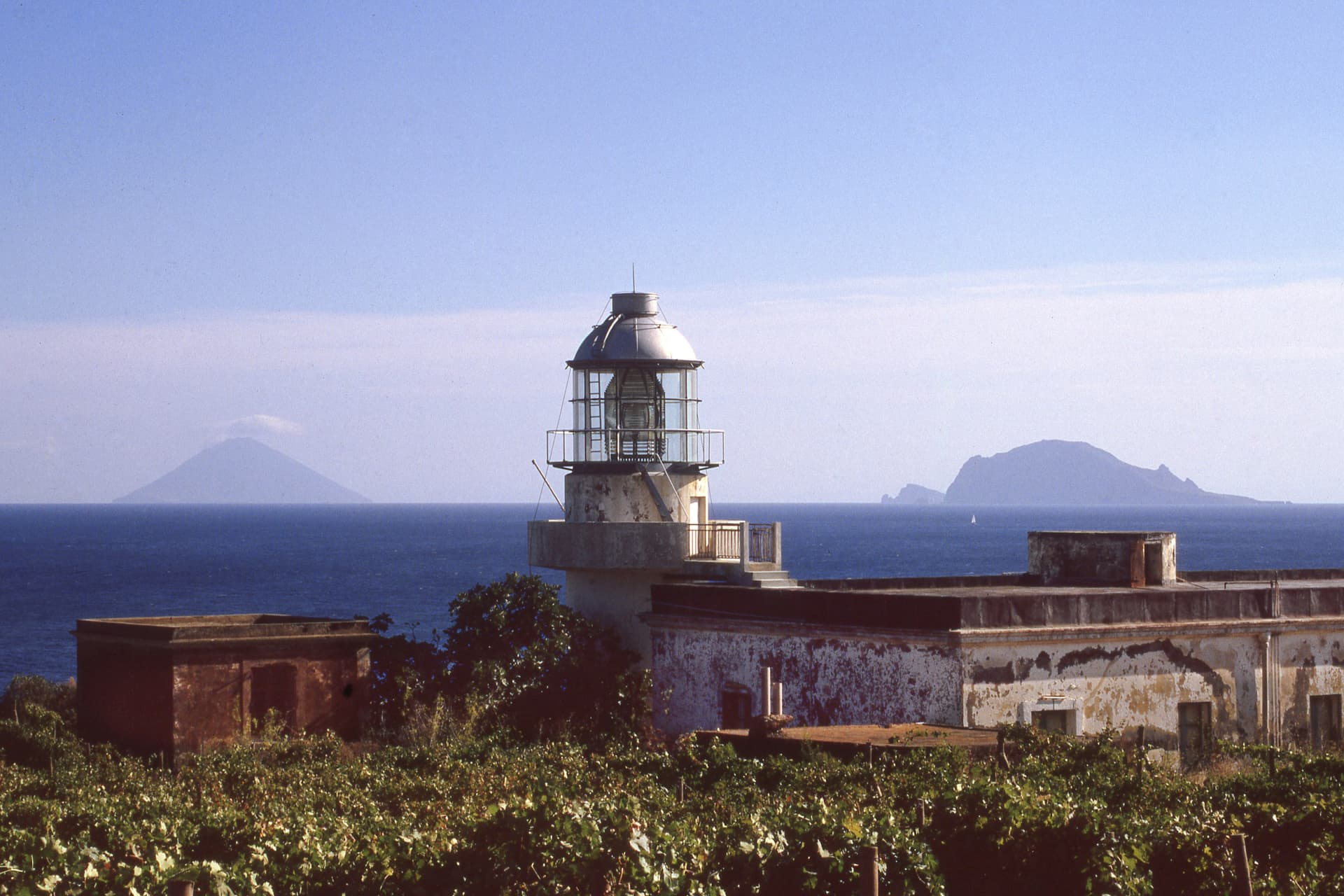 Beyond the vineyards of Malvasia and the ancient lighthouse, the shapes of Panarea and Stromboli appear on the horizon, in the splendid panoramic postcard that the Hotel Capofaro offers.