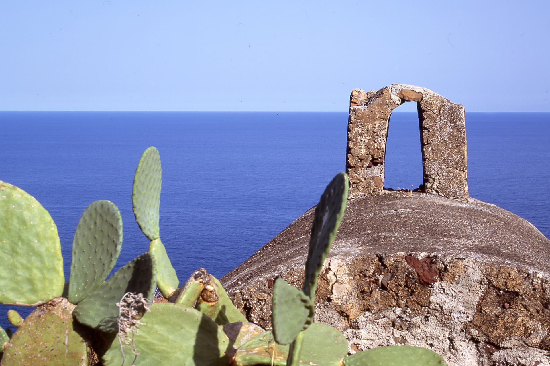 The ruins of the old church of Capo, framed by blue, are memories that remain well etched in your mind.