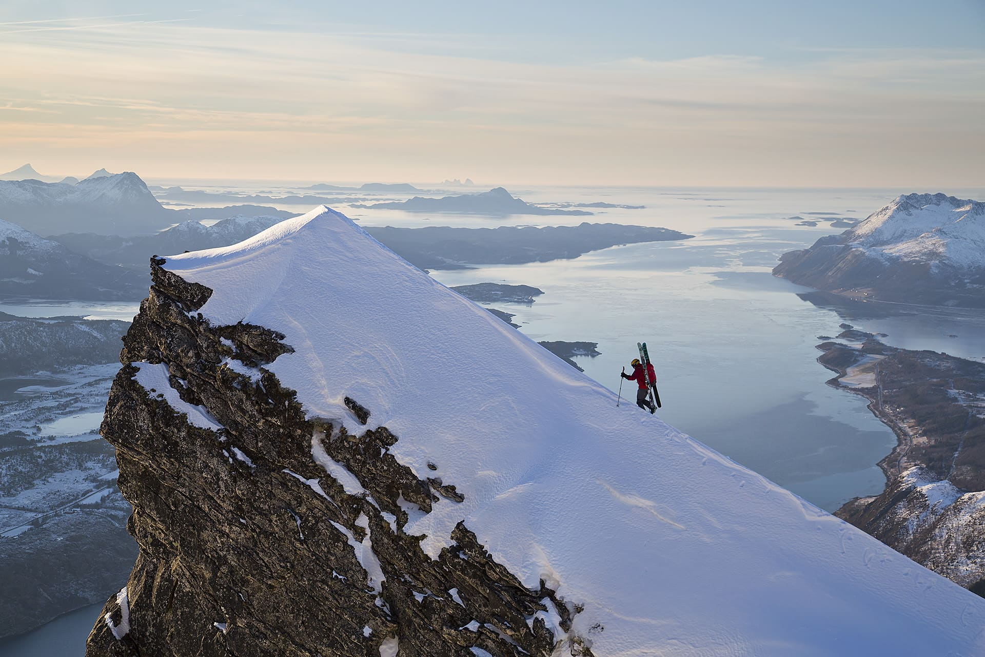 En topp i norskt landskap. Johan Engebratt tar de sista stegen.