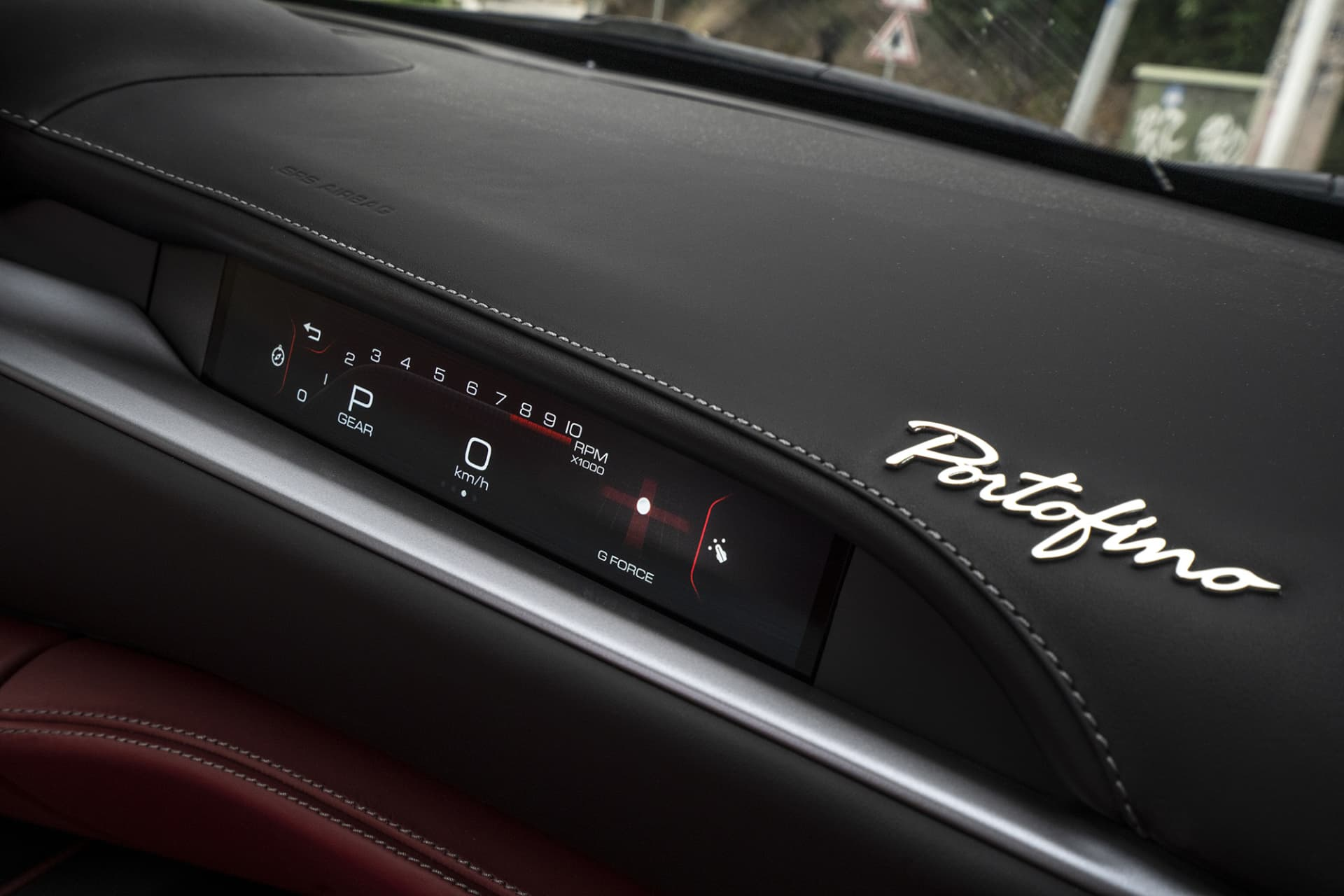 On the passenger side there is a screen where information like RPM, speed, g-forces and much else are presented to the passenger.