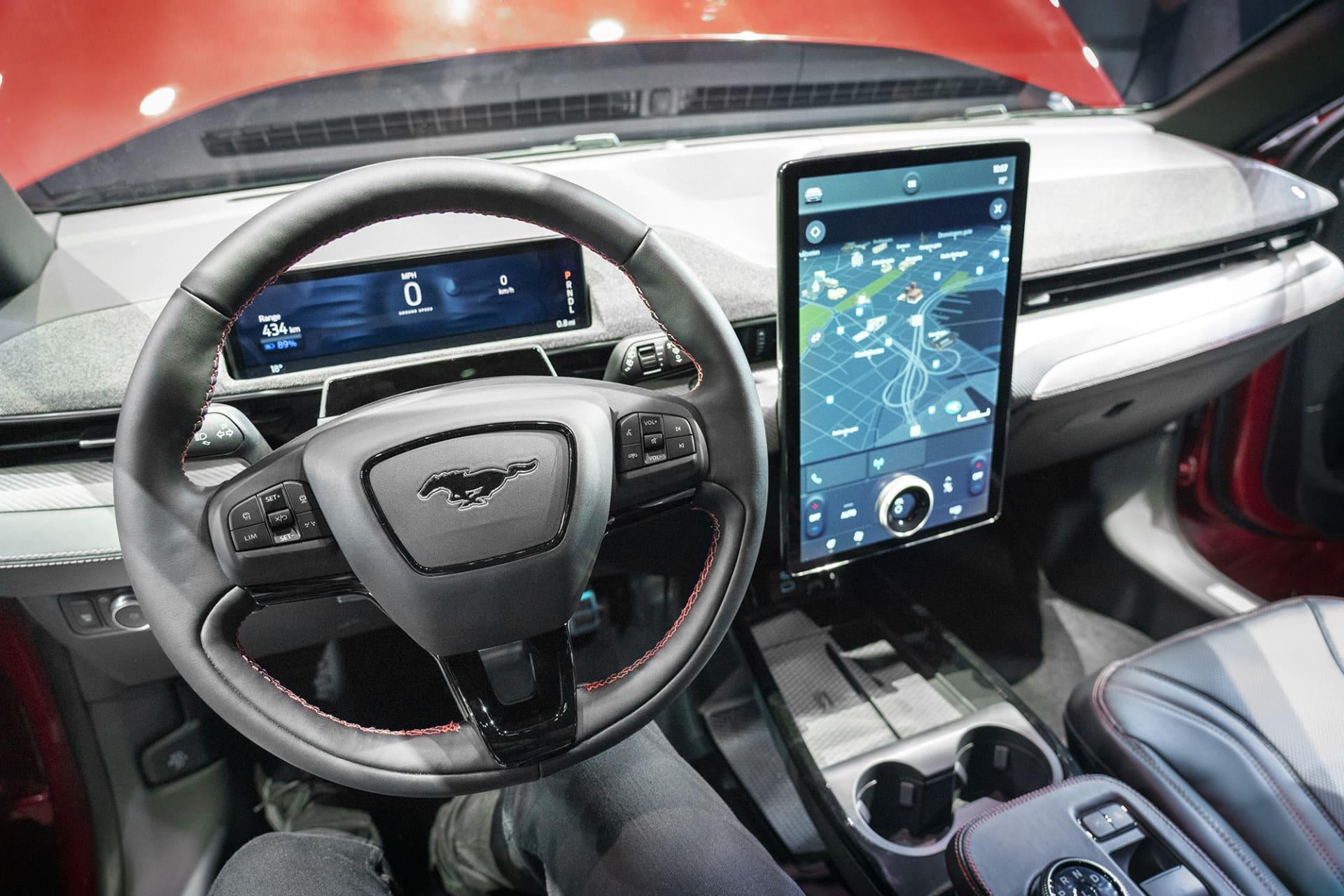 En sort pekskärm dominerar interiören fram på Mustang Mach-e. I övrigt finns gott om förvaringsutrymmen, till exempel två ytor för trådlös laddning för mobiler fram.