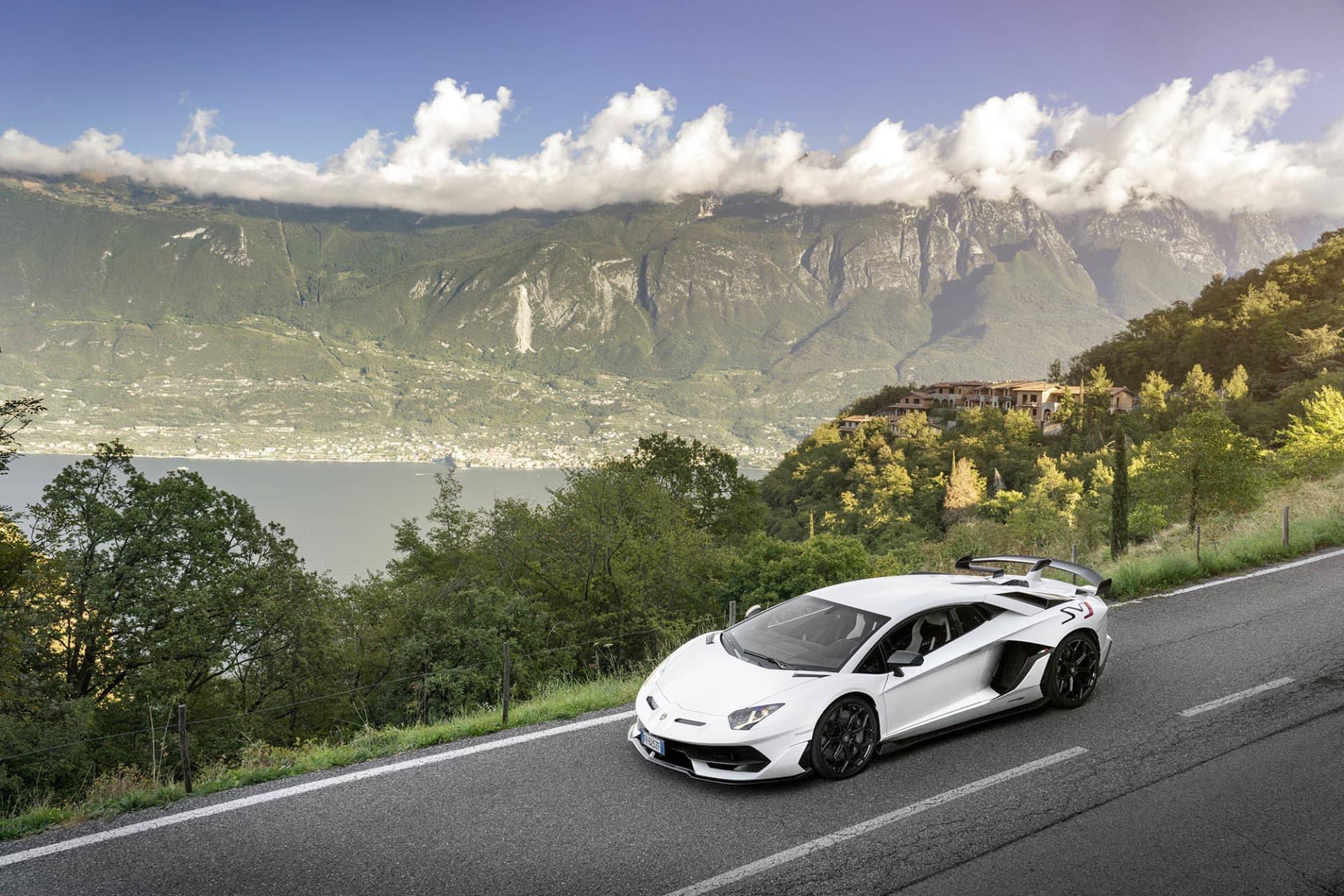 Lamborghini Aventador SVJ, utan disruption den hårdaste tjuren från Sant'Agata Bolognese! I bakgrunden Garda Sjön.