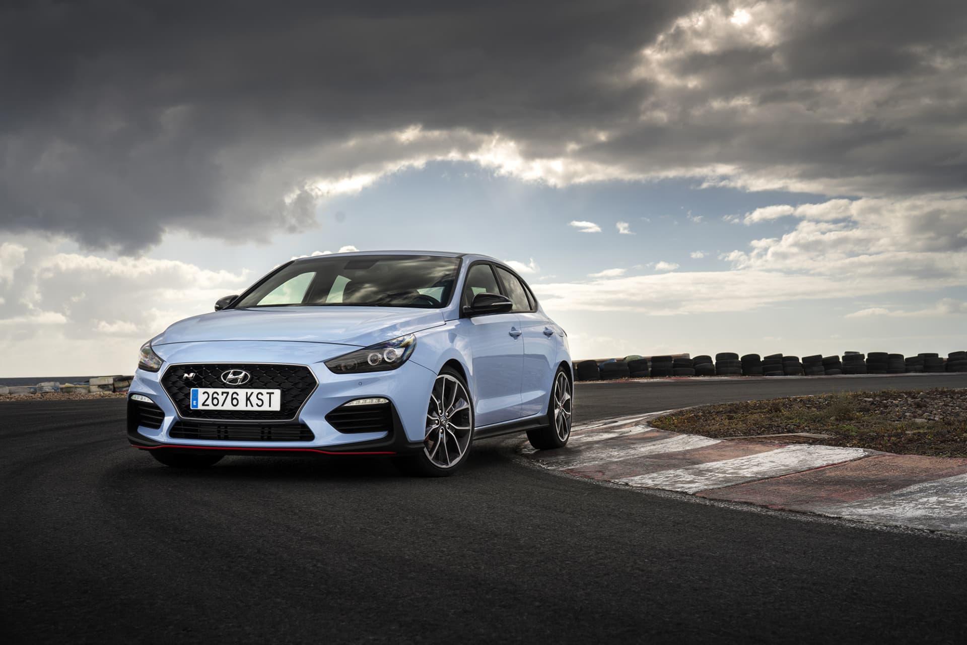 Med i30 Fastback N ger sig Hyundai in i en fight som inte är helt lätt att vinna. Andra konkurrenter är Volkswagen GTi samt Renault Megan RS.