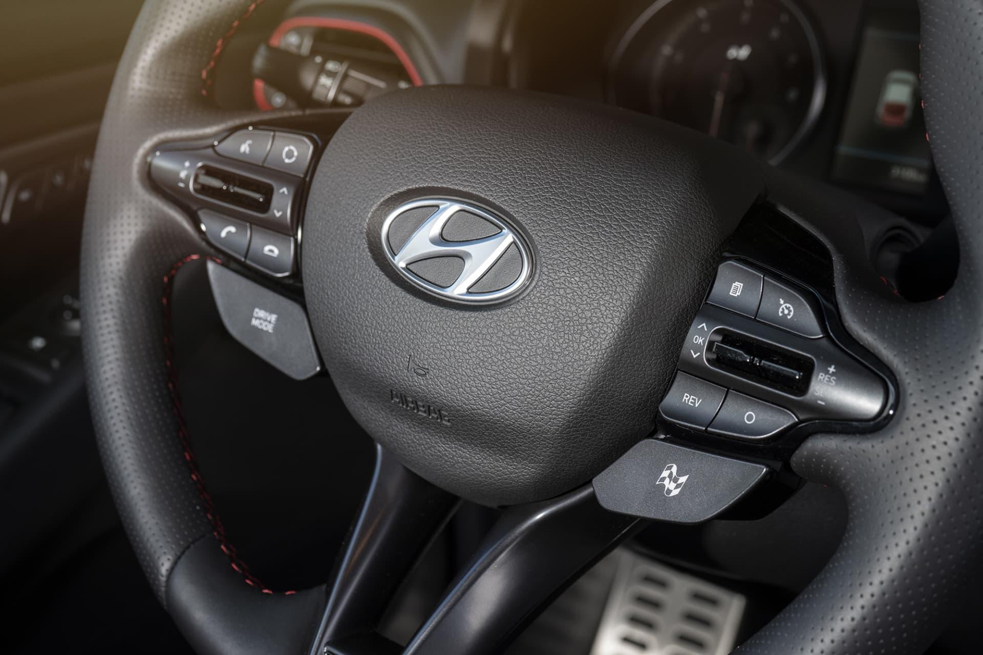 På rattens högra sida sitter knappen för de olika körprogrammen. N Cutsom är det sportigaste och släpper lös all kraft och prestanda.