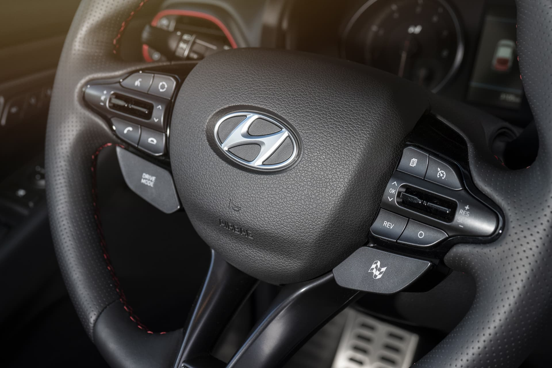 On the right side of the steering wheel is the button for the various driving programs. N Custom is the sportiest and unleashes all the power and performance.