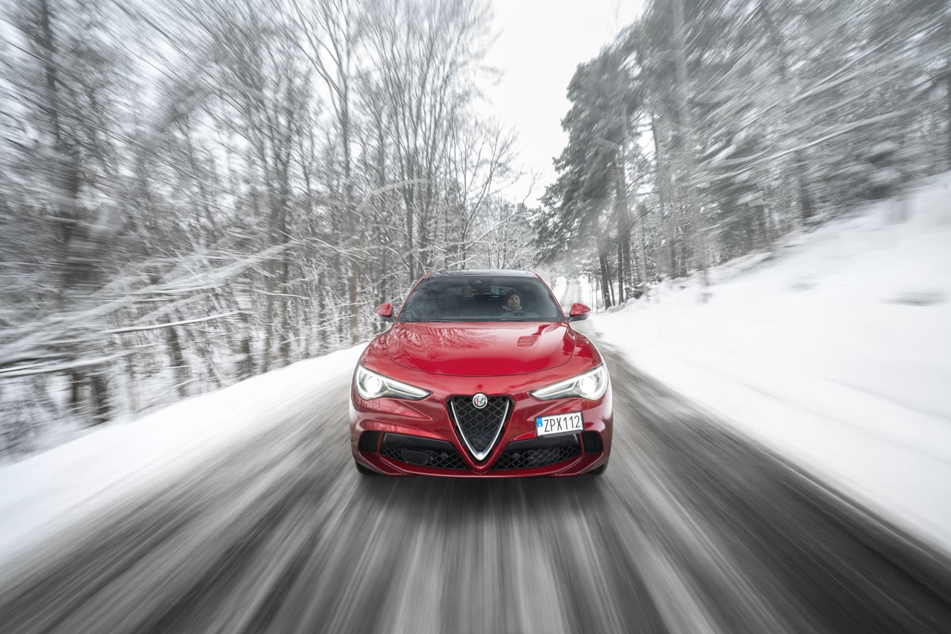 Stelvio Quadrifoglios trivs otroligt bra på de snötäckta skogsvägarna. I Dynamic-läget blir bilen lekfull och tillåter en bred svansföring.