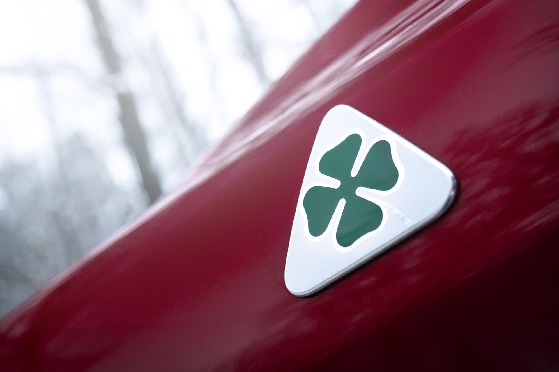 På sidan av bilen sitter fyrklövern som visar att detta inte är en vanlig Alfa Romeo utan en Quadrifoglio.