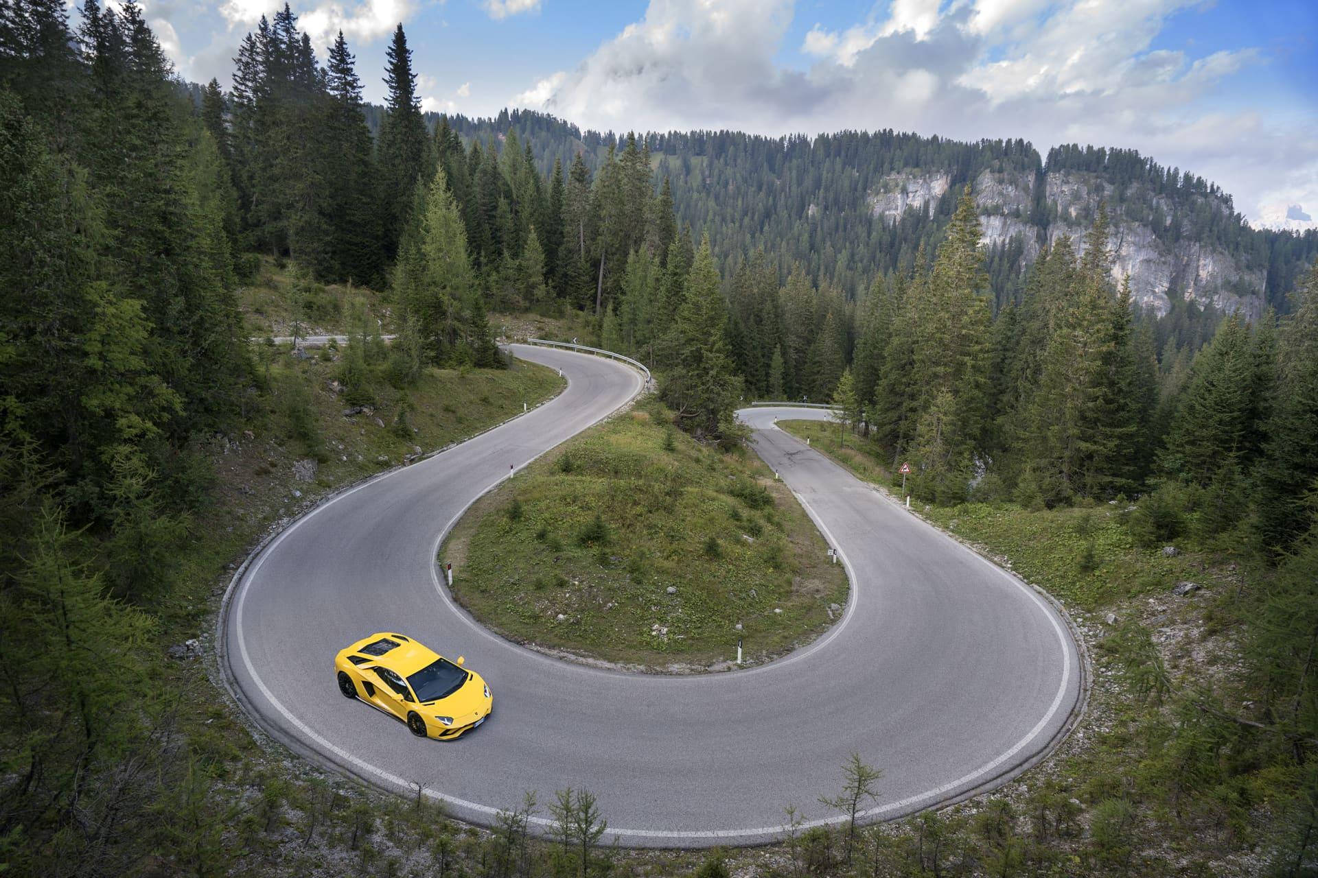 På dom slingrande vägarna ner mot Cortina d'Ampezzo får man stor användning för den nya fyrhjuldstyrningen. Aventador S svänger in otroligt fint och effektivt när hårnålarna är som tightast.