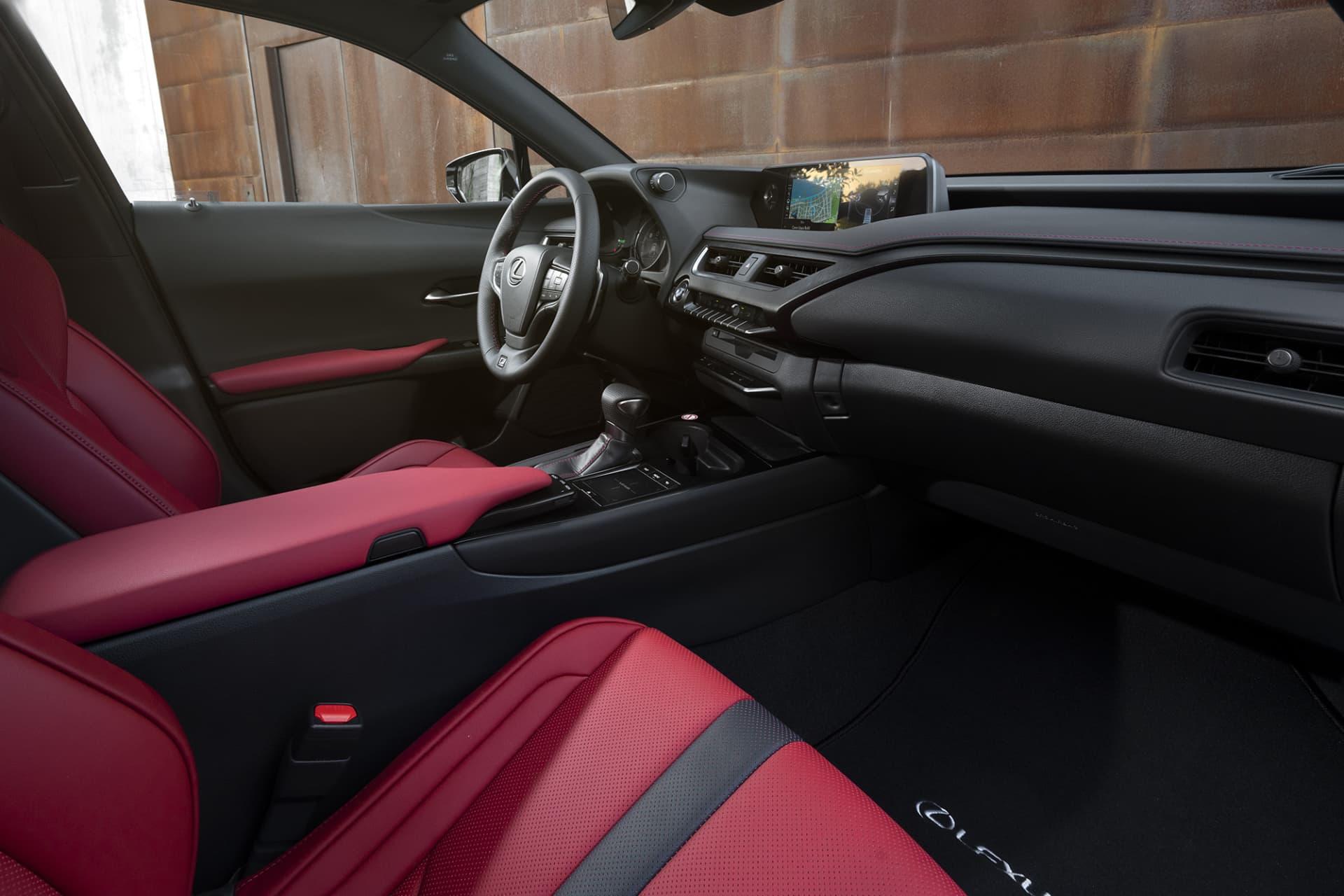Inredningen är snygg och känns premium. Den röda läderklädseln gör sig mycket bra mot det svarta.