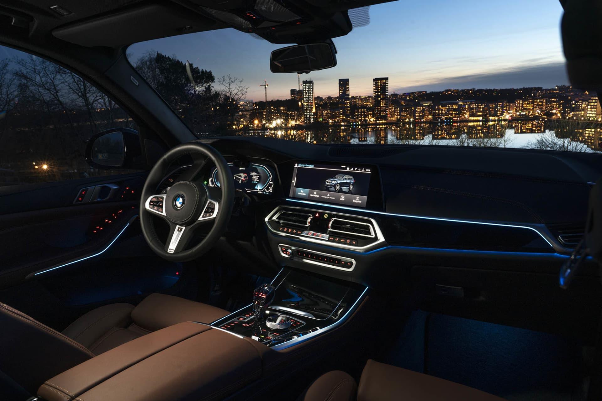 Interiören på BMW X5 xDrive45e är i vanlig ordning av högsta klass. Panelerna har ledljus man kan ändra färg på efter eget behag.