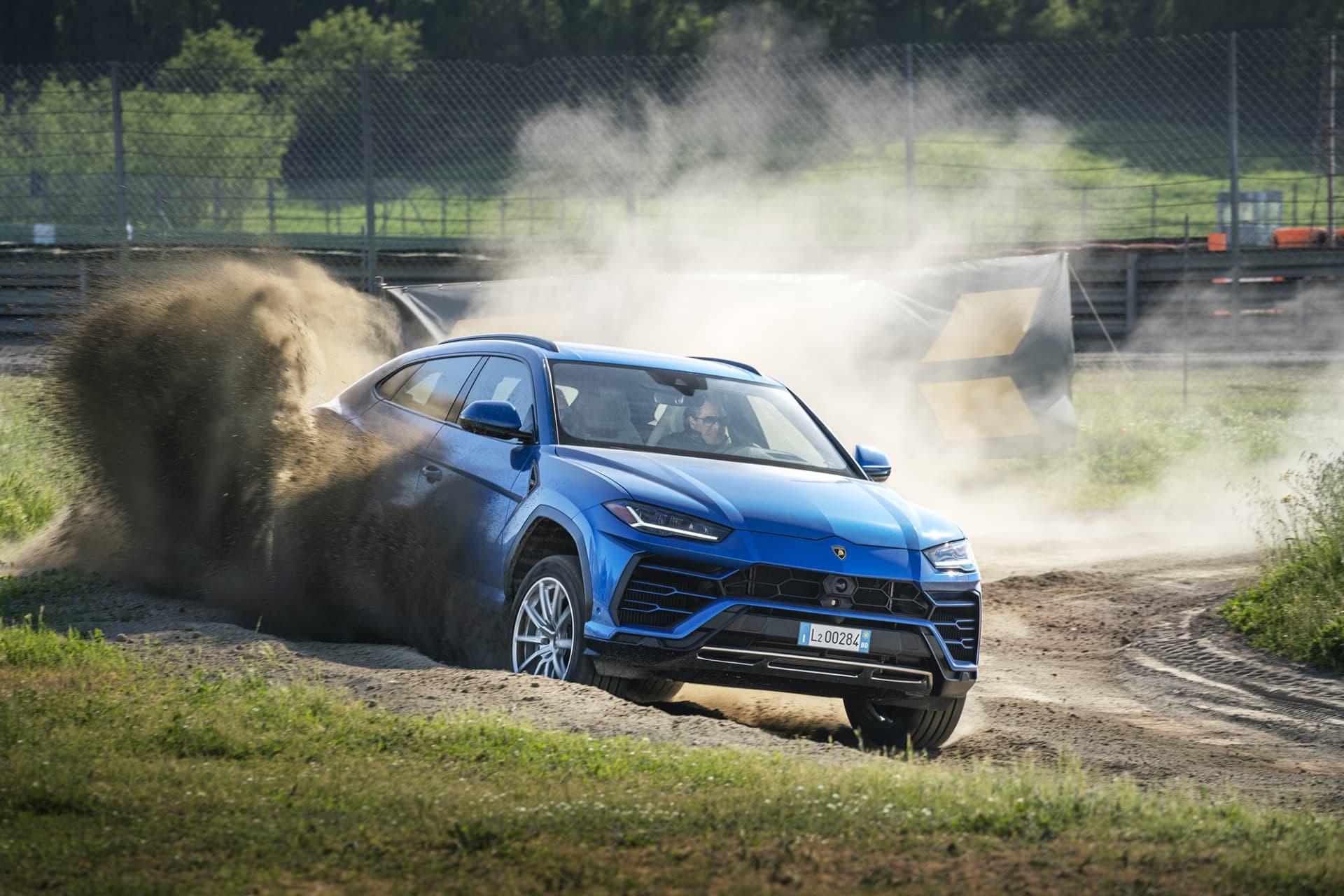 Att sprätta damm och grus med en Lamborghini för över två miljoner kronor hör inte till vanligheterna.