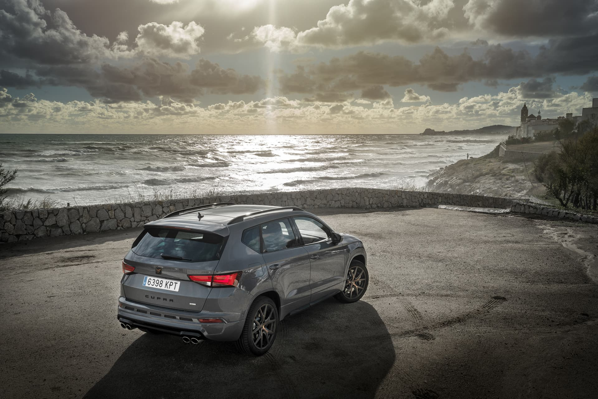 Just as the personality of the new Cupra Ateca, Sitges, south of Barcelona, offered temperamental weather with sunshine and hard winds.