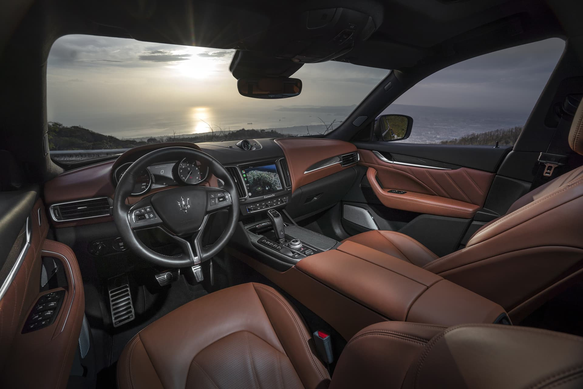 The interior of Levante S is tastefully blended with leather, alcantara and carbon fiber. Luxurious, sporty, and stylish!