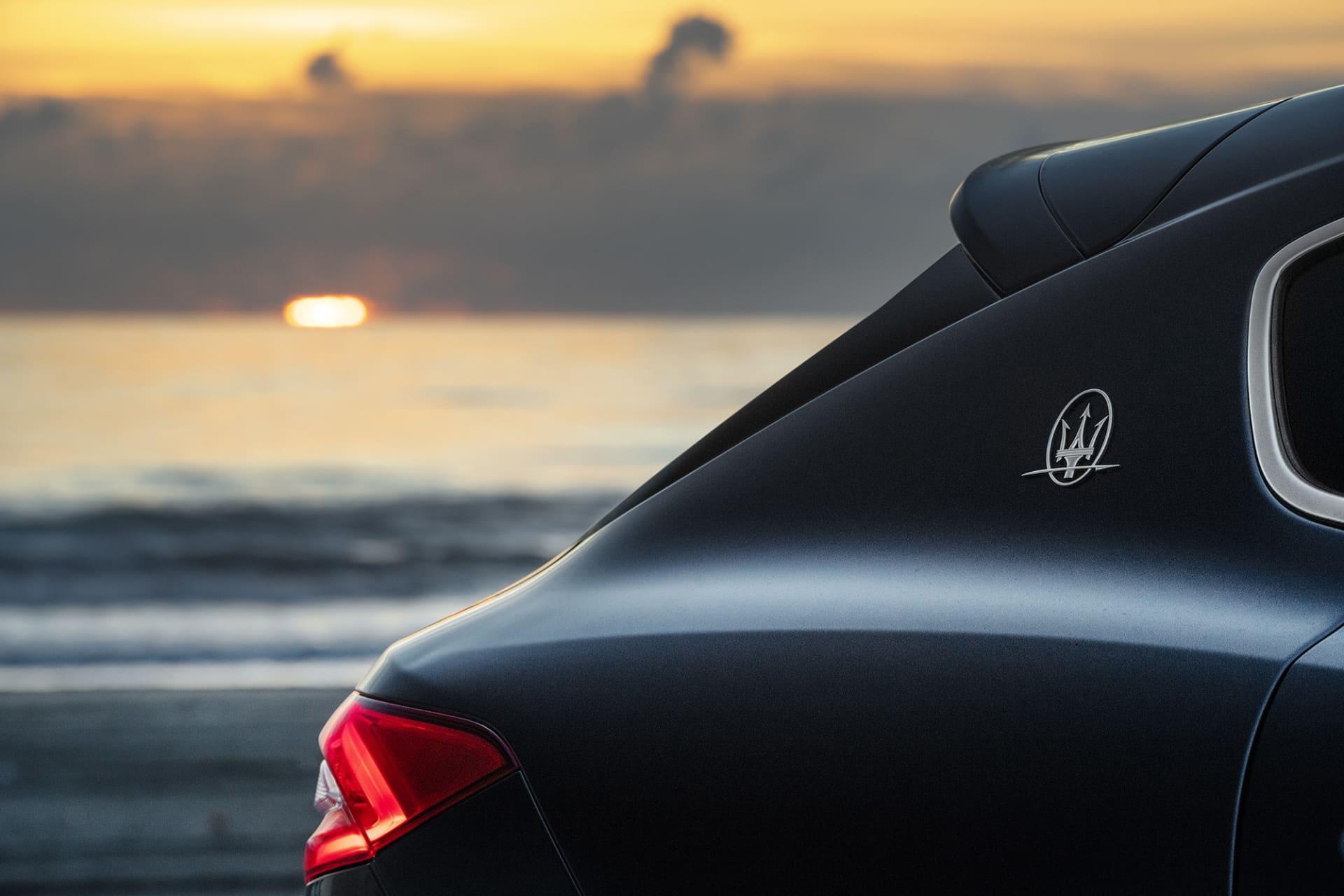 I solnedgången vid havet kan man nästan höra Neptunus kalla på Levanten för att återförenas med honom. Hans vapen treudden är placerat på c-stolpen precis som på övriga Maserati modeller.