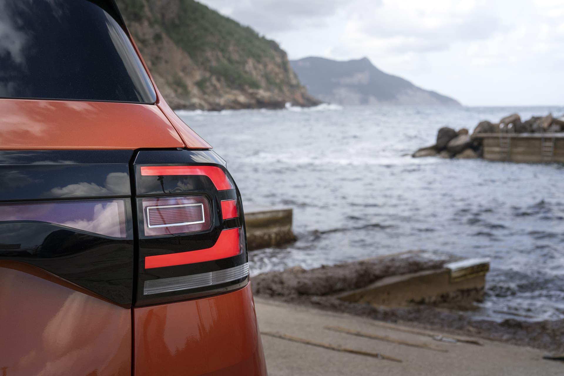 Volkswagen och dom andra bilmärkena jobbar stenhårt med att sina modeller ska ha en egen identitet som ska vara lätt att känna igen när man ser bilen på vägen. Något som görs med lyktorna fram och bak.