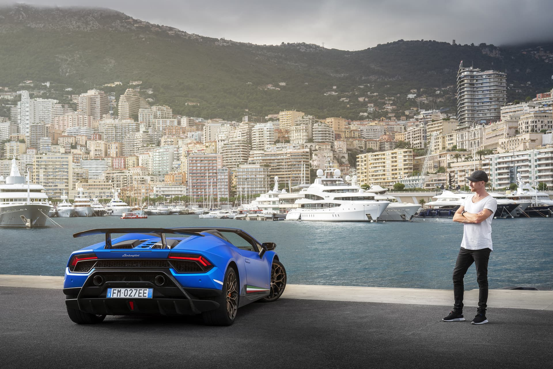 Oavsett om Lamborghini Huracán Performante Spyder är igång eller inte bli man berörd av den. Jag brukar säga att en Lamborghini inte är vacker utan tuff.