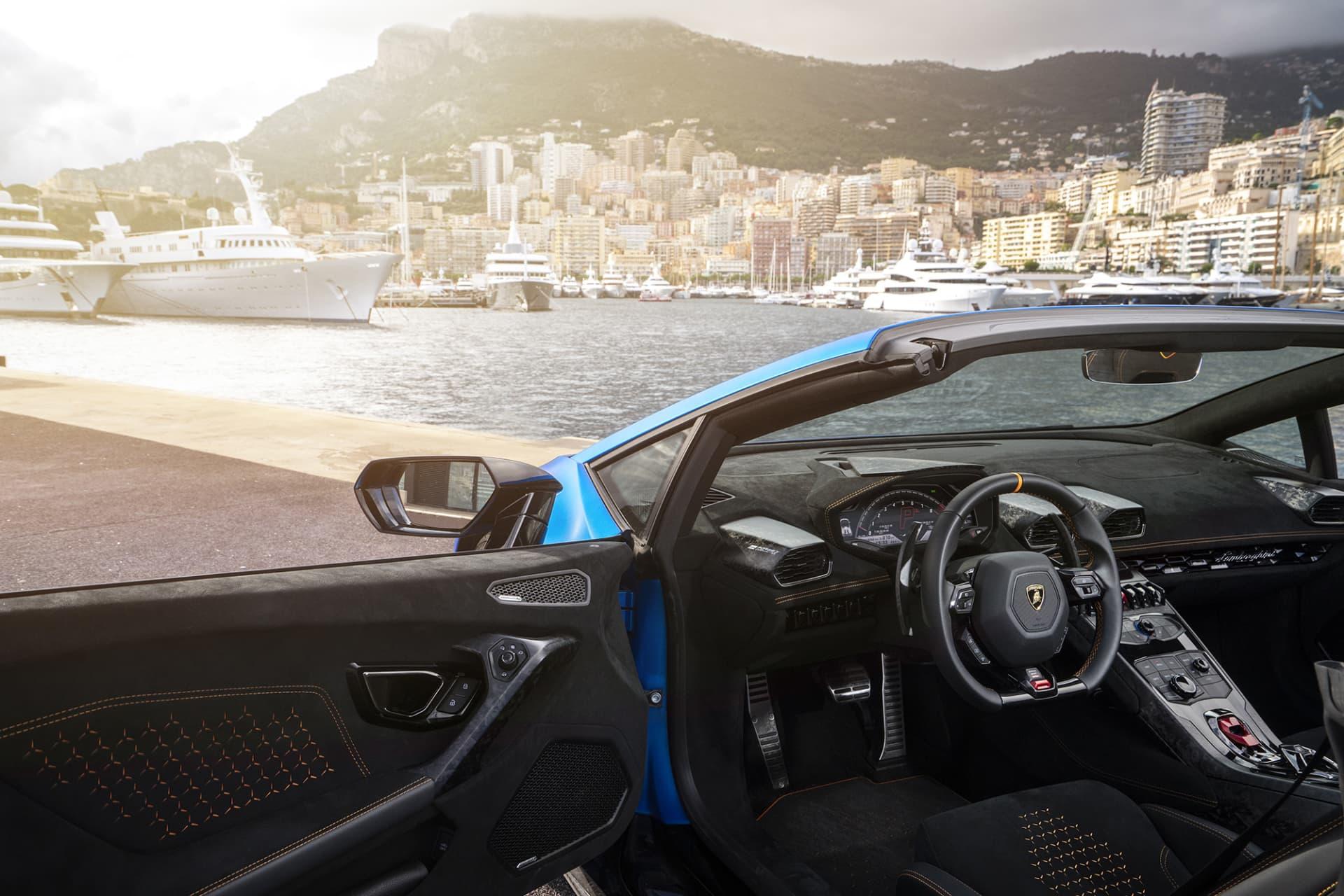 """Inredningen i Lamborghini Huracán Performante Spyder är ombonad med alcantara och kolfiber. Kolfibern ser dock lite annorlunda ut och iställer för att vara vävd är den pressad. Lamborghini har valt att kalla den Forged Carbon""""."""