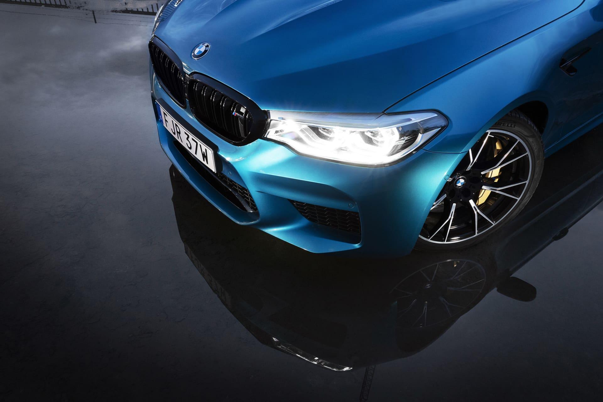 Större luftintag och gigantiska bromsar är några av känneteckna på att det här inte är en vanlig 5-Serie från BMW.