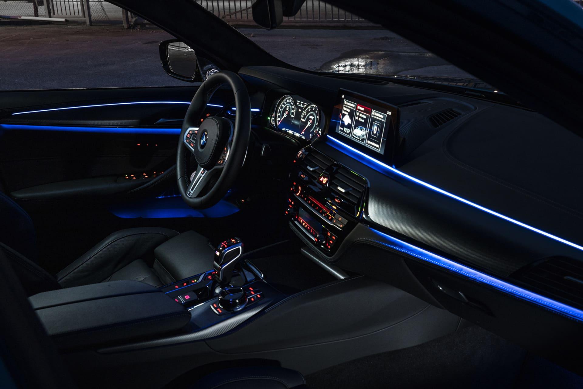 En kavalkad i kolfiber och paneler med belysning som går att ändra efter behag är det lätt att trivas i nya M5 Competition.