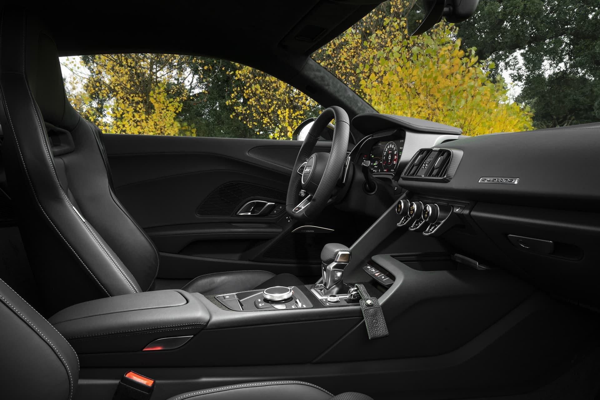 Interiören på R8 är sober och sportig. Endast det mest nödvändiga sitter där och lättöverskådligt. Till skillnad från märkessyskonet Huracán från Lamborghini har man relativt gott om plats i R8.