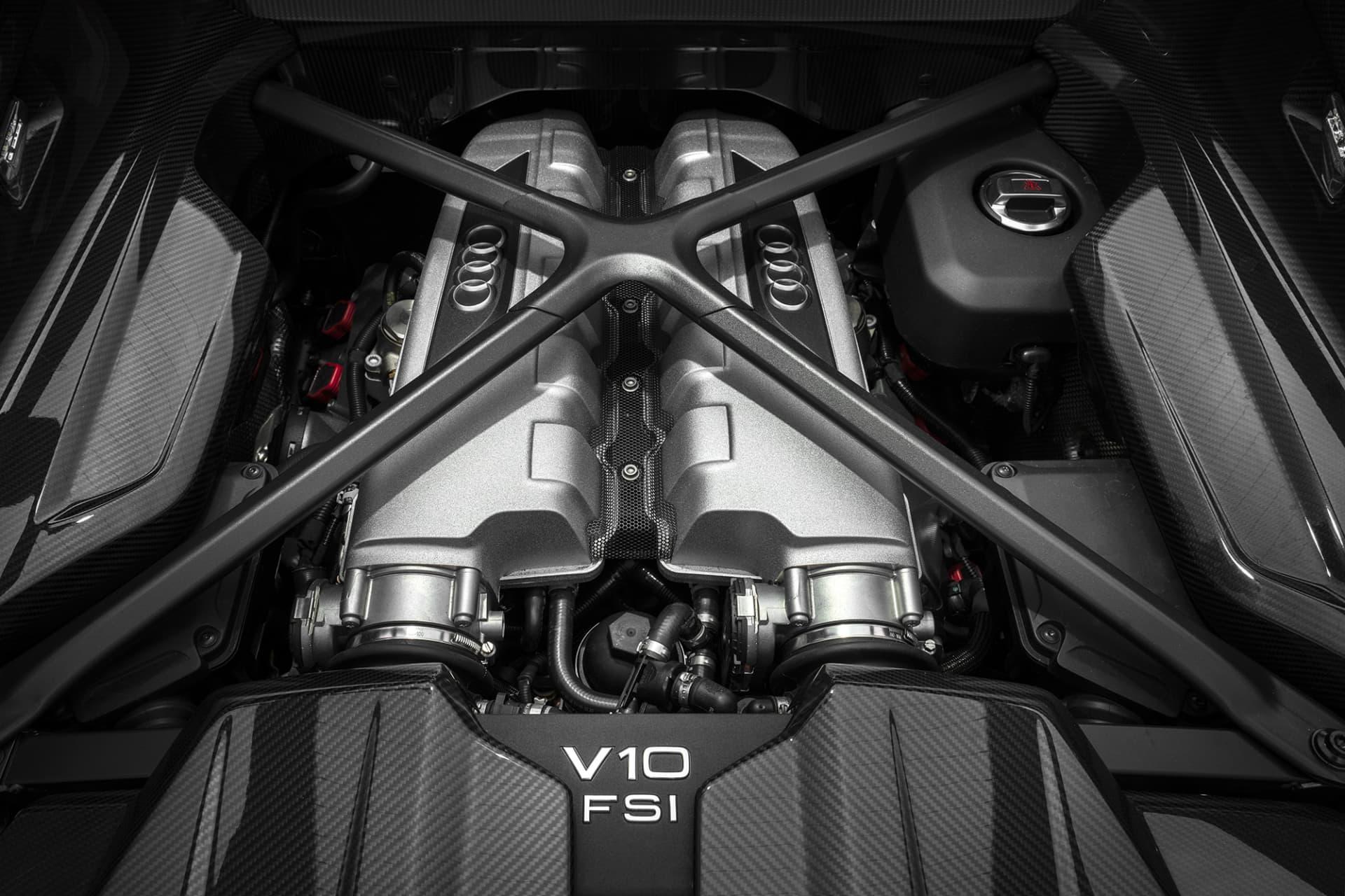 Juvelen och i mitt tycke den mest välljudande maskinen en bil kan ha, den 5,2 liter stora V10 motorn som konstruerats tillsammans med Lamborghini. I R8 utvecklar den 620 hästar och ett fantastiskt soundtrack.