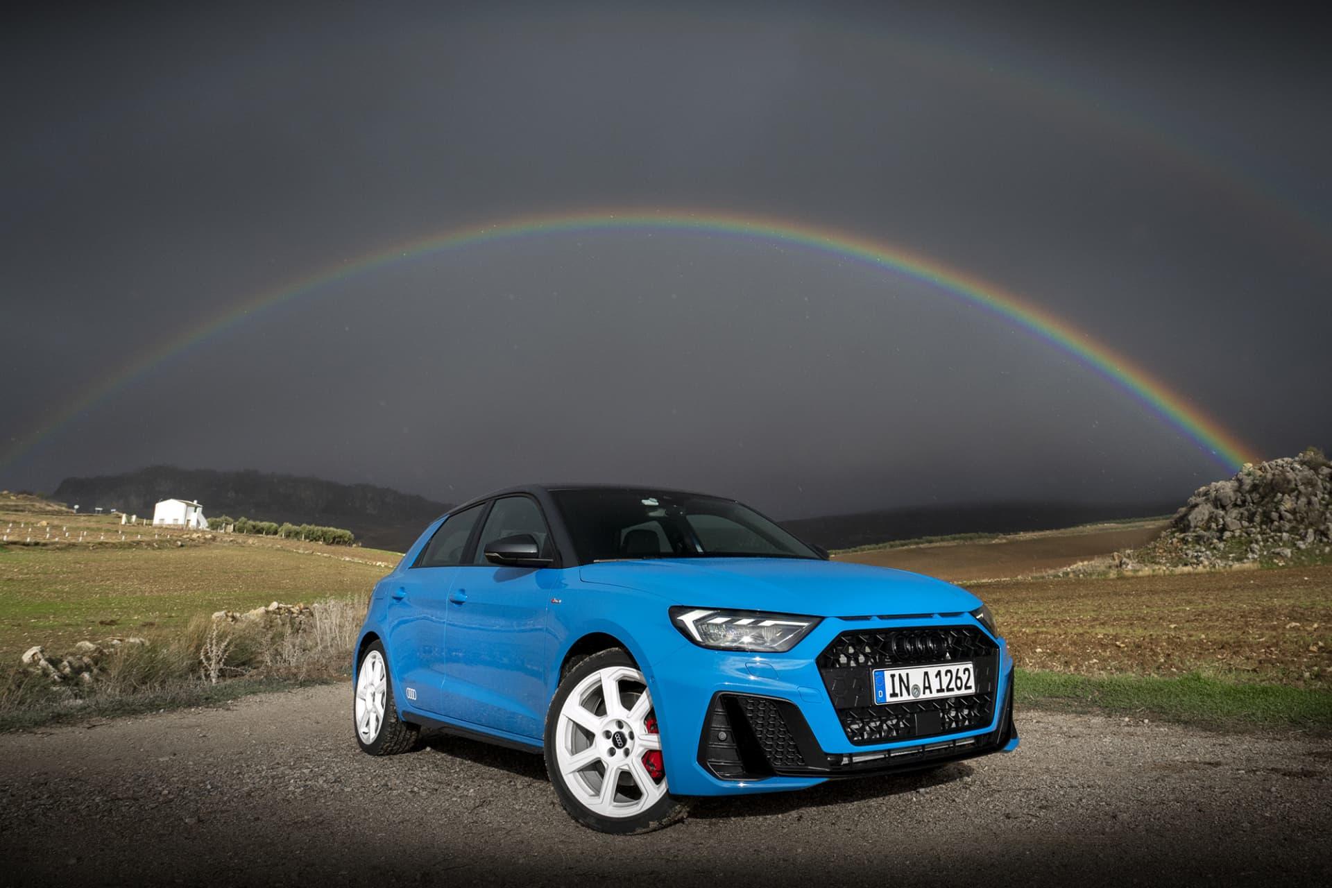 På den Spanska landsbygden ovanför Málaga kämpar en praktfull regnbåge för att visa upp sina färger lika starkt som nya Audi A1 Sportback. Den turkosblå färgen har namnet Turboblå.