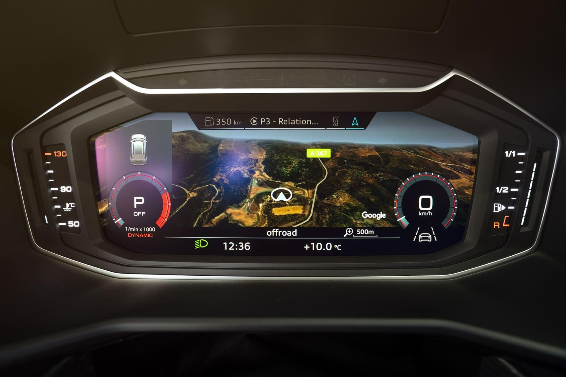 Numera finns inga analoga mätare utan utrymmet framför ratten fylls av en stor skärm där all info tillsammans med navigation numera ryms. Audi kallar systemet Virtual Cockpit.