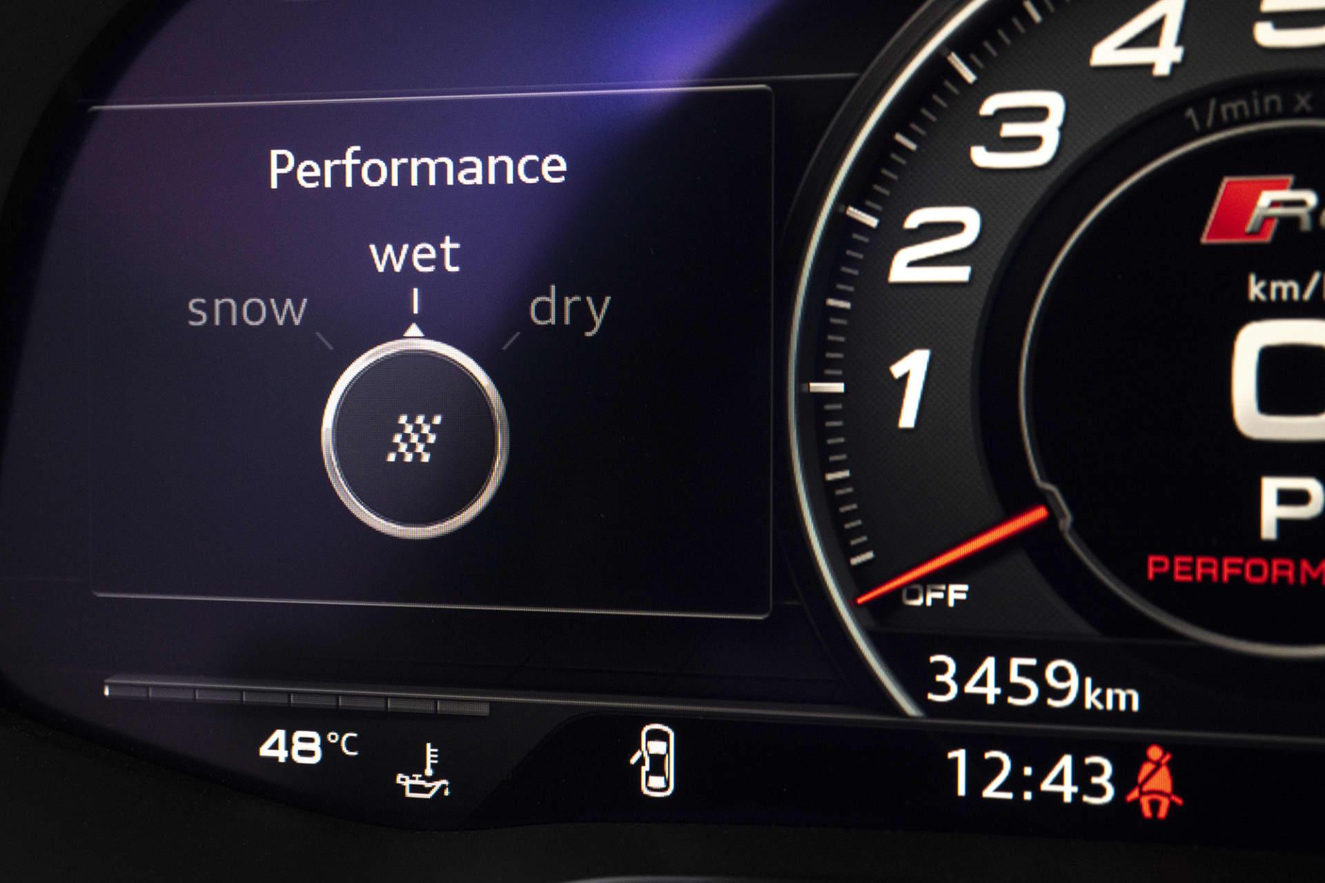 """Numera är mätarna helt digitala i Audi R8. Vad som även är nytt är de olika lägena för Performance ESP systemet. Nu kan man välja mellan """"Snow"""", """"Wet"""" och """"Dry""""."""