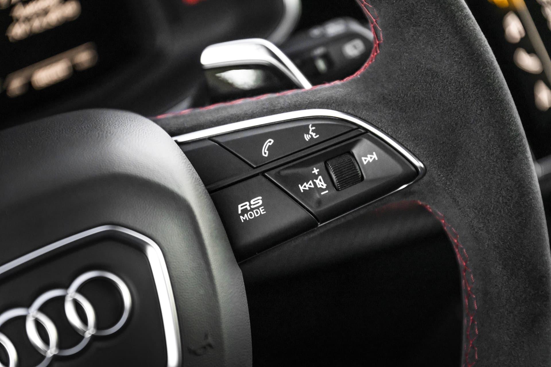"""På rattens högra eker sitter """"RS Mode"""" knappen som ger dig snabb tillgång till de olika RS-programmen."""