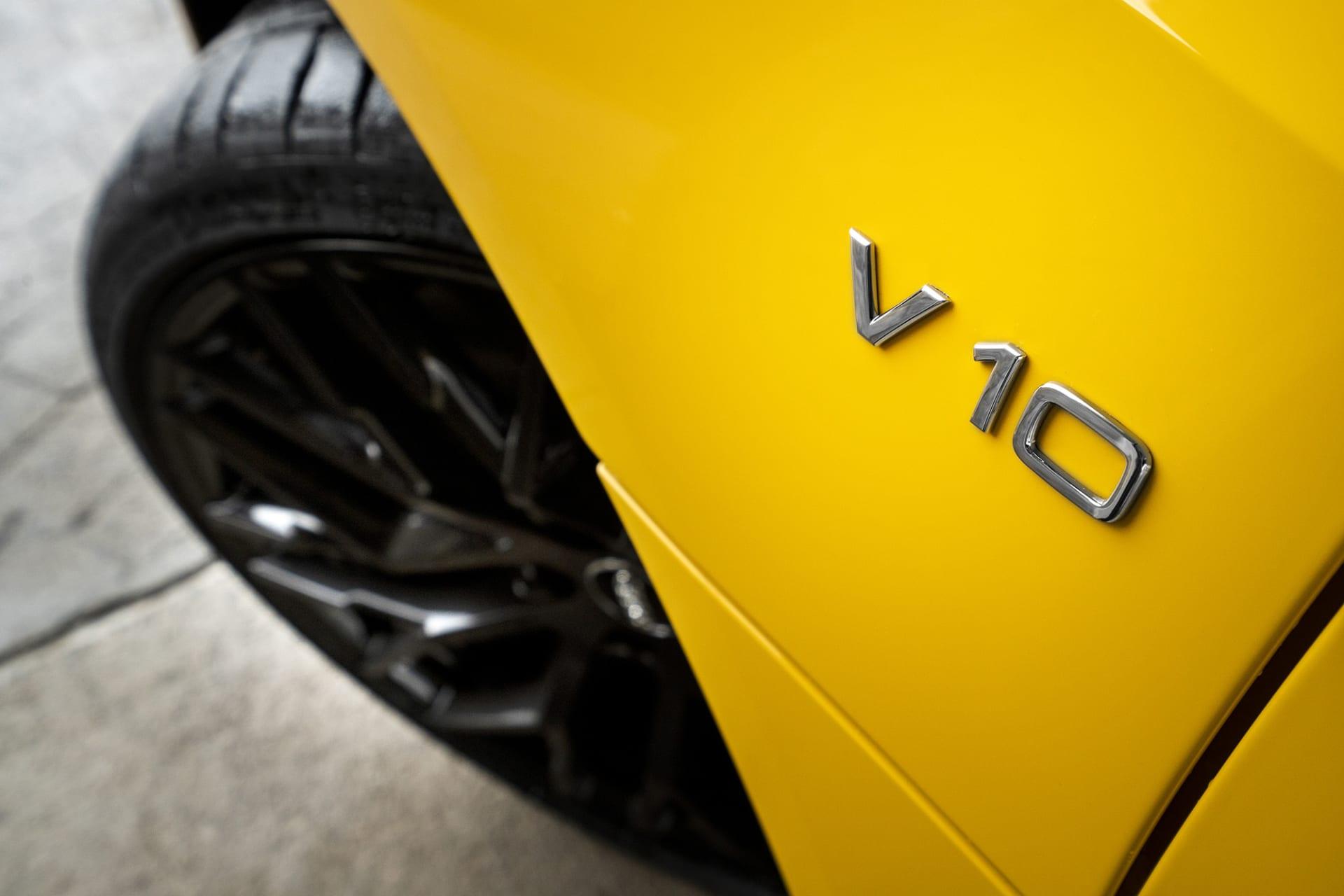 På sidan av bilen avslöjar ett emblem vilket typ av motor och mängden cylindrar Audi R8 har.