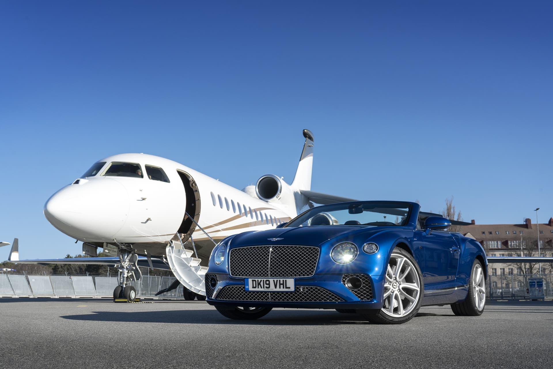 Få bilar står sig så bra bredvid ett privatjet som en Continental GT Convertible.