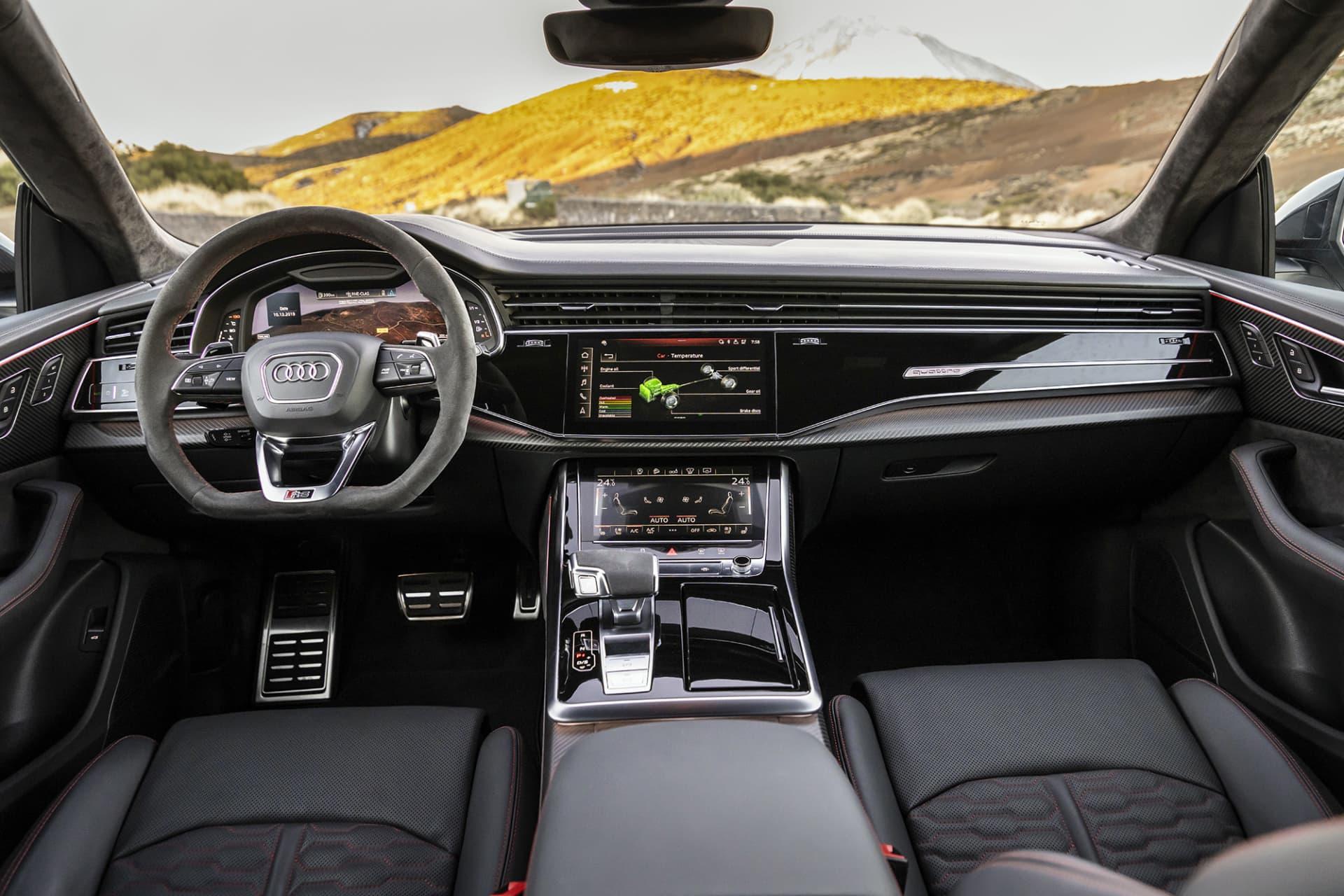 Interiören i RS Q8 är som den brukar i Audi, hög kvalitet och snygga materialval. För hur kan man inte älska kombinationen alcantara och kolfiber?