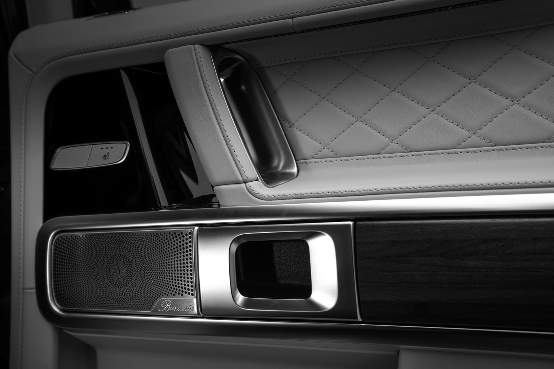 Ett kraftfullt ljudsystem från Burmester har även tagit plats och förser bilen med ljud så det räcker och blir över.