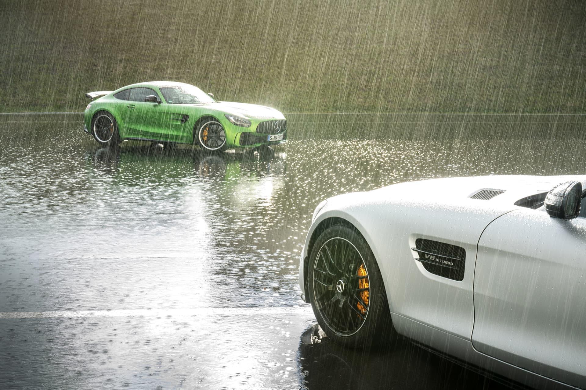 Trots regn greppade bilens R-däck bra på Bilster Bergsutmanande banan.