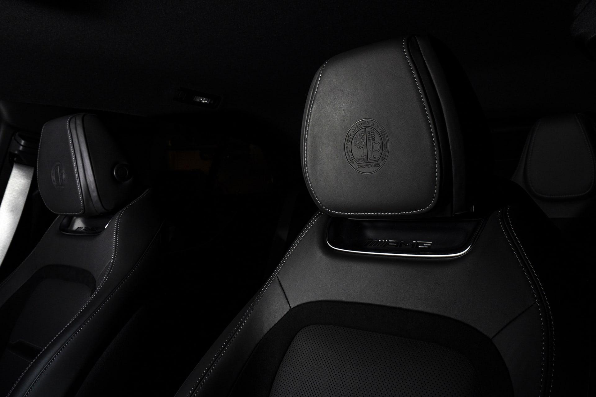 I nackstöden sitter det klassiska AMG-emblemt inpräglat.