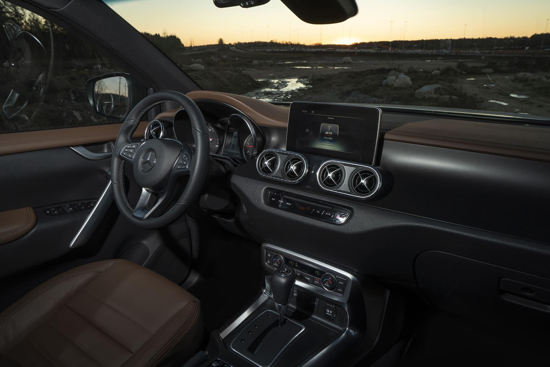 Interiören känns igen från andra Mercedes modeller fläktutblåsen skärmen i överkant av mittkonsollen. En av få nackdelar med X-Klass är att man i dagsläget inte kan få Apple CarPlay.