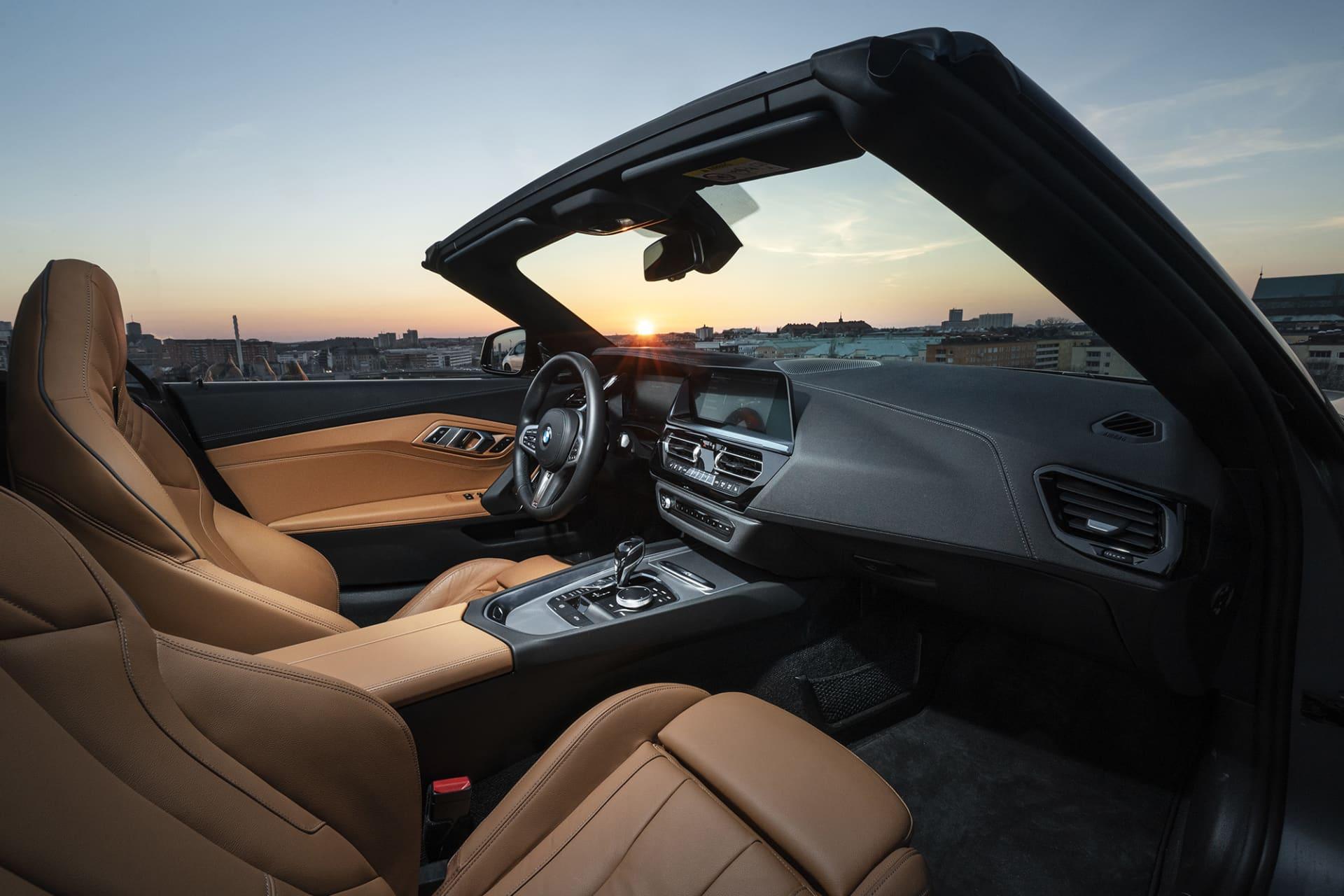 Interiören är som vanligt av högsta klass. Trådlös Apple CarPlay och ett ypperligt ljudsystem från Harman Kardon är en del av tekniken som du får i nya Z4 M40i.