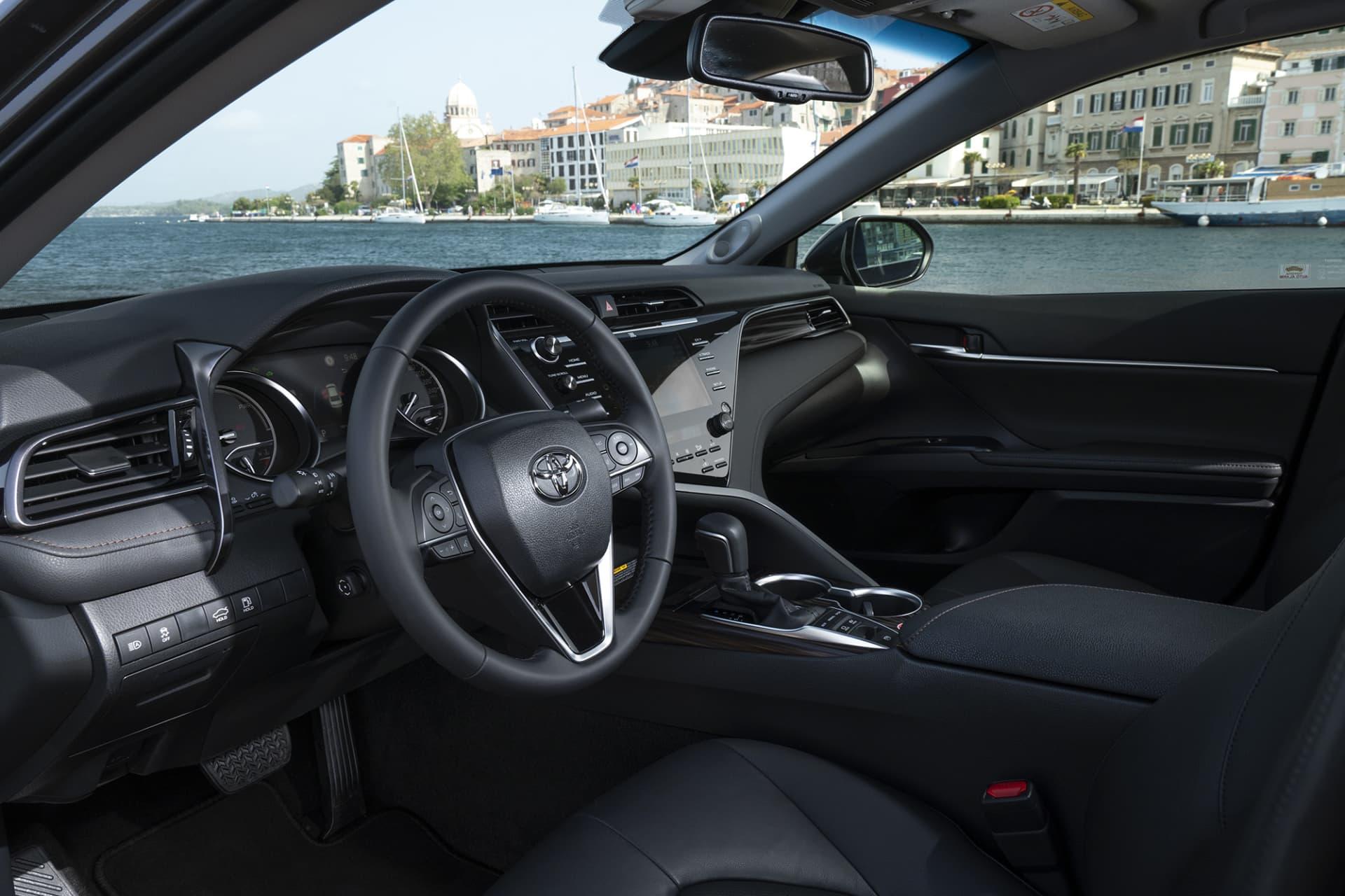 Interiören som håller hög standard på Camry är fyld av vassa linjer, något som hör till den japanska bildesignen.
