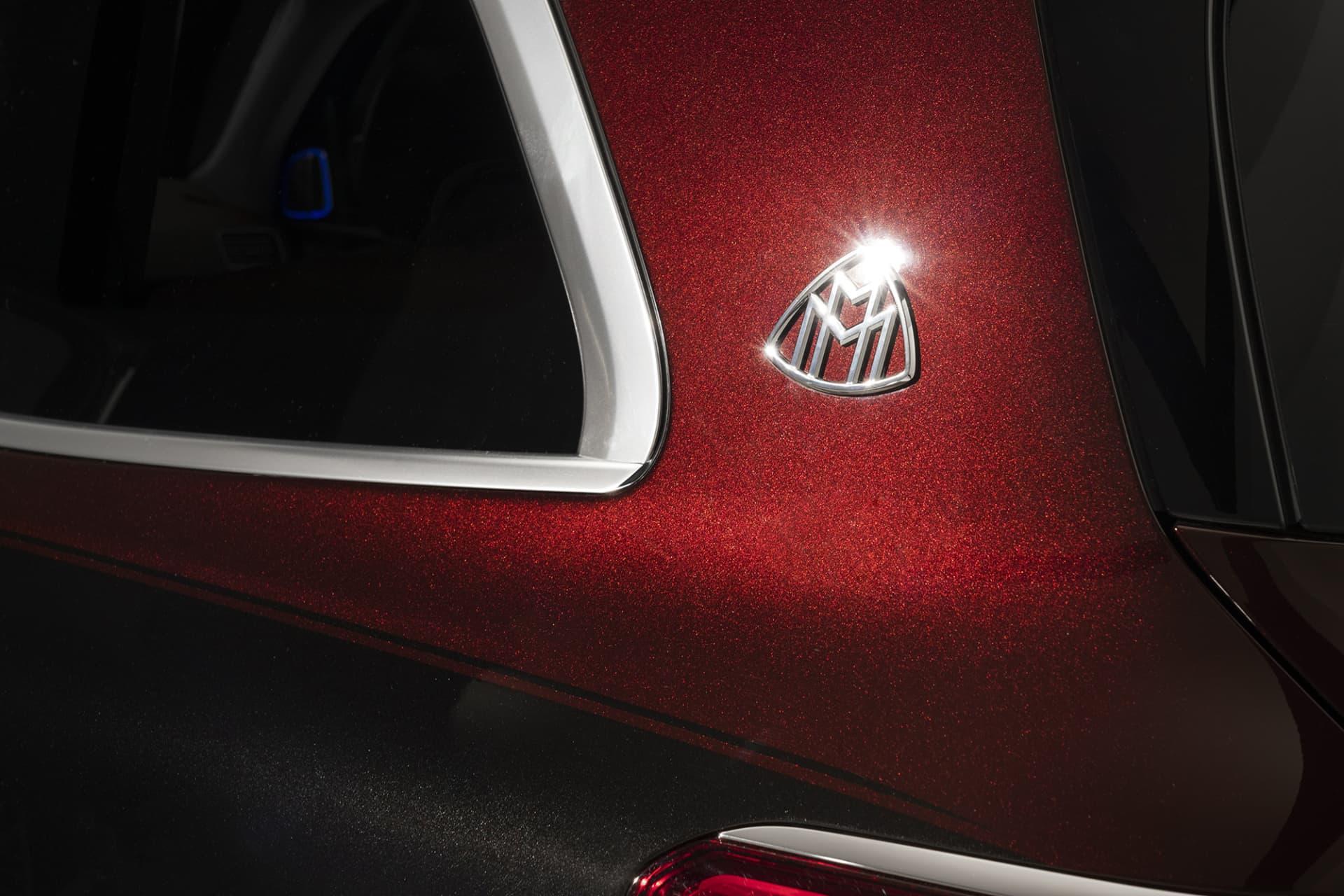 Det glänsande Maybach emblemet på d-stolpen var tvunget att göras större för Maybach GLS för att se proportionerligt ut. Här kan man även tydligt se tvåtonslacken med den tunna kritstrecksranden som skiljer lackerna åt.Mycket arbete har lagts på att utforma fronten på Maybach GLS, det ska synas tydligt vad det är för bil som närmar sig.