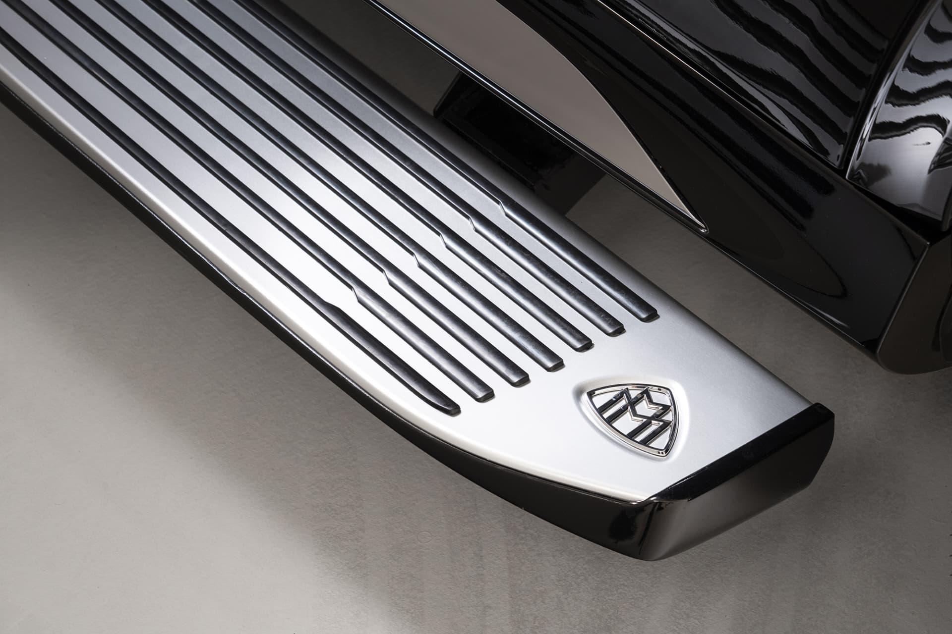 På det elektriskt utfällbara insteget finner man självklart det väl utnyttjade Maybach emblemet.