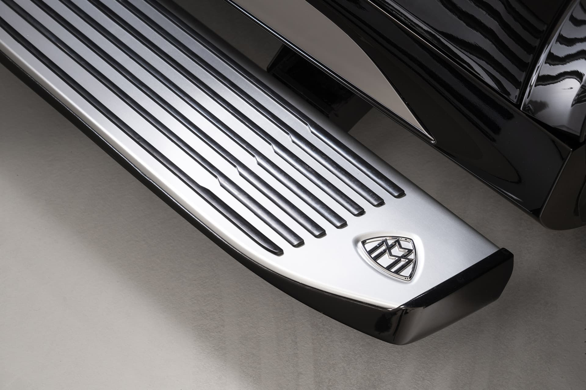 On the electrically foldable sidestep you will find the well-used Maybach emblem.