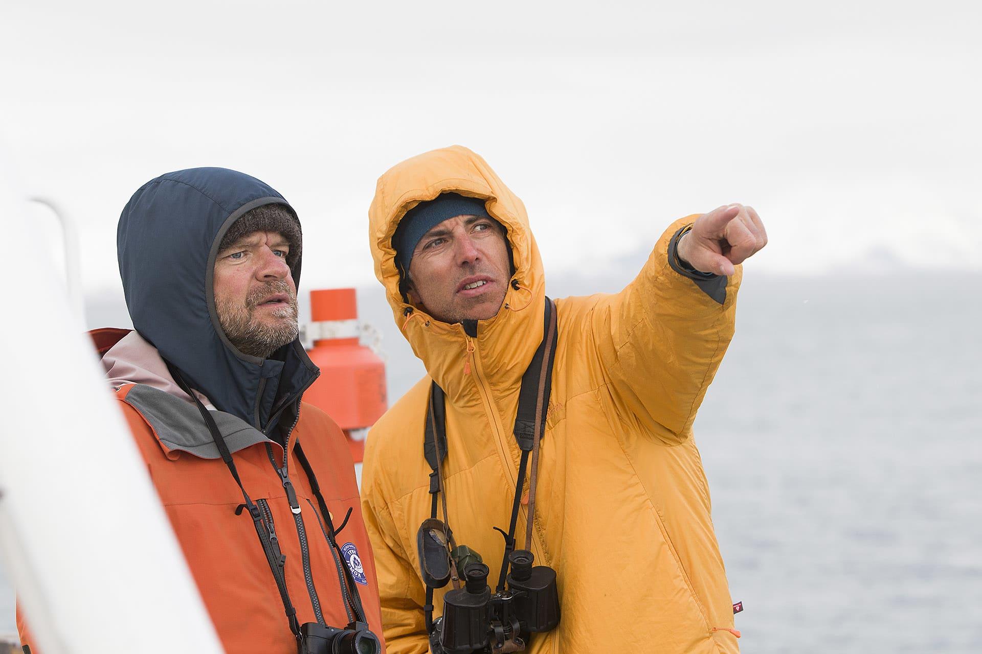 Bergsguiderna Christian Edelstam och Magnus Lindor Strand spanar efter isbjörn innan färden in till kusten påbörjas.