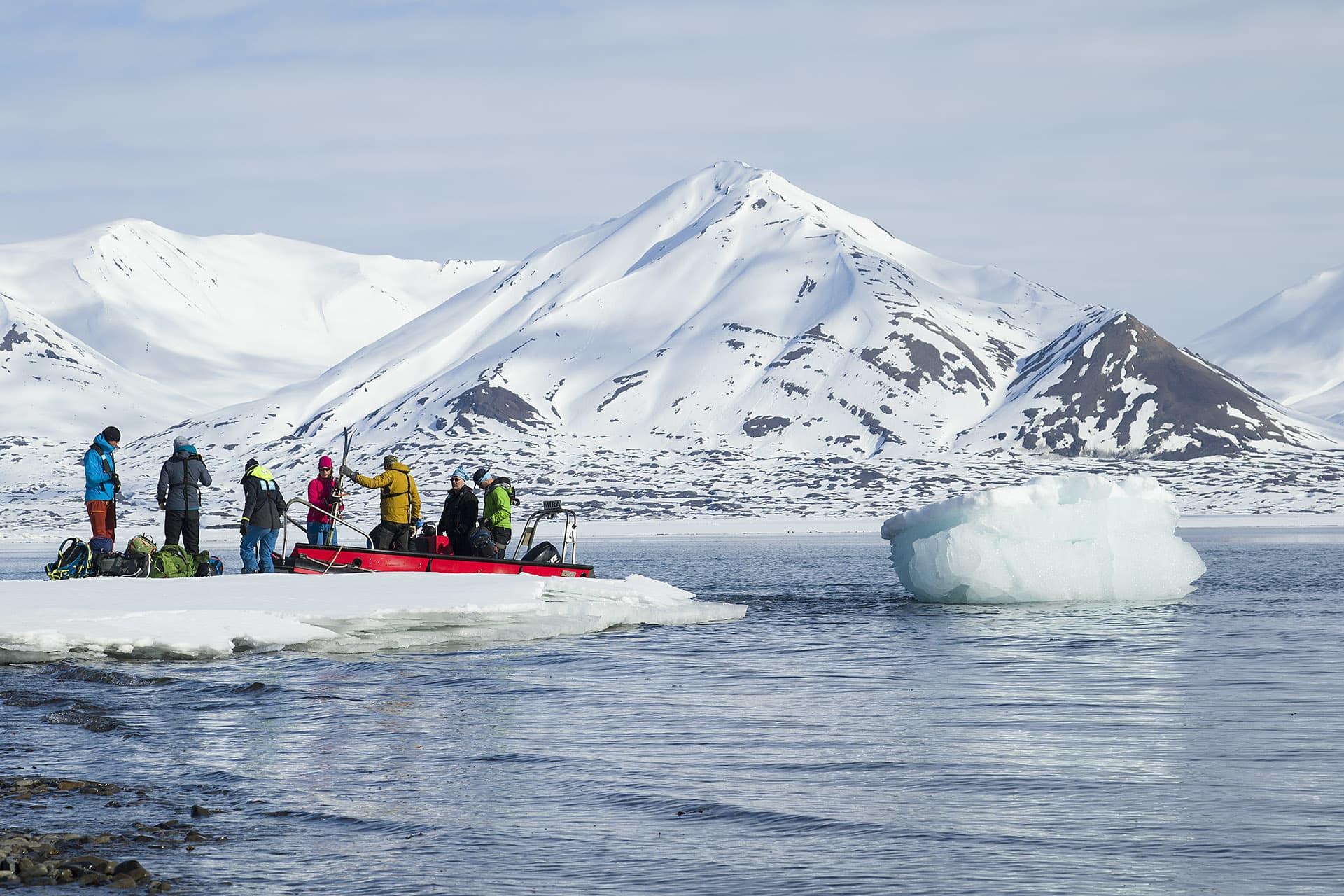 Från båten tar man jolle in till kusten. Och ibland måste man stiga av jollen på ett isflak.