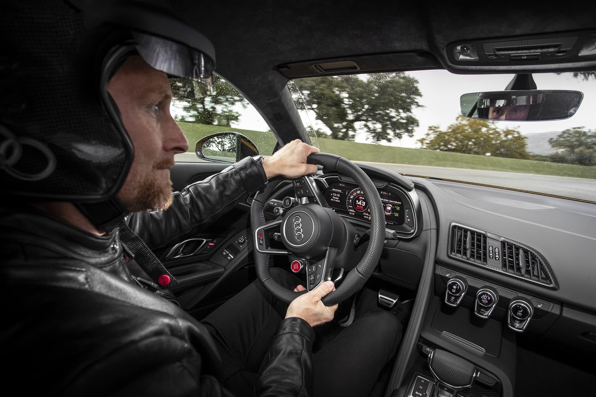 """Trots lite regnstänk känns nya Audi R8 vansinnigt stabil i höga farter även när det svängen. Mycket tack vare fin balans och fyrhjulsdrift men även det nya Performance ESP systemet där man kan välja läget """"Wet"""" när det inte är helt tort på banan (foto: Ingo Barenschee)."""