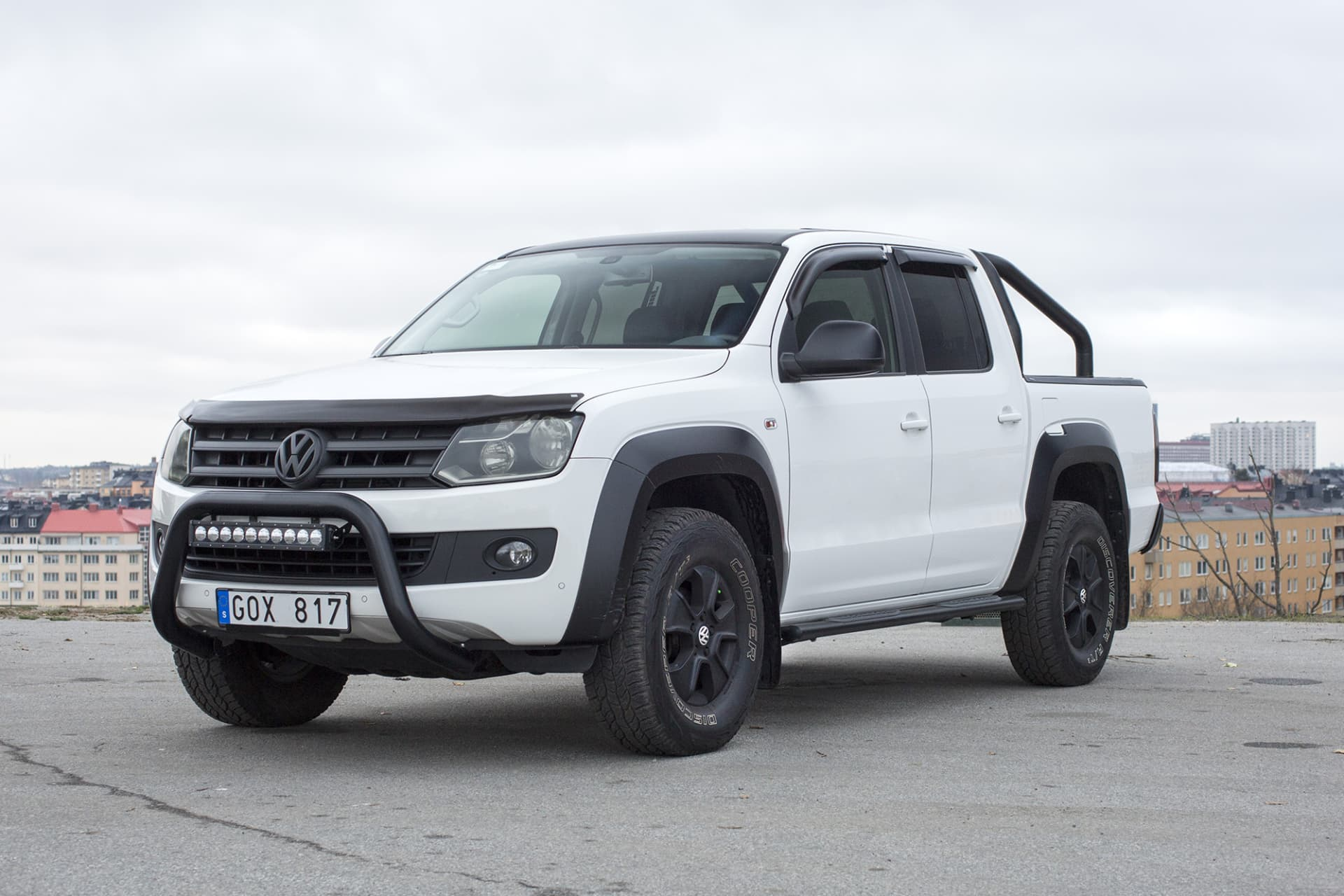 My first Volkswagen Amarok. Pretty much standard with the exception of the bullbar with LED, wind needles for the hood and the windows and slightly wider tires. The fender skirts, the roof and the chrome parts were wrapped matte black.