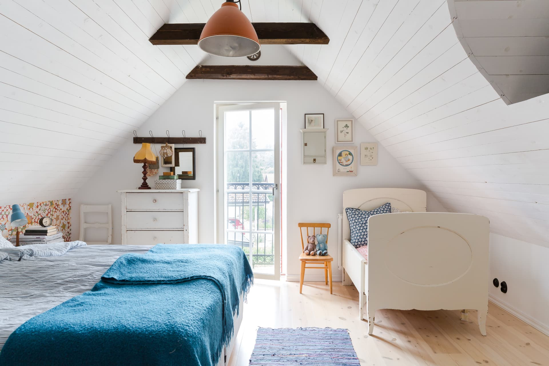 In the master bedroom, the beautiful old Växa bed, bought on Blocket, resides as a keepsake. Both daughters have slept in the bed in younger years. The dresser and the chair are inherited. The ceiling light comes from a farm where it was originally used in a hen house.